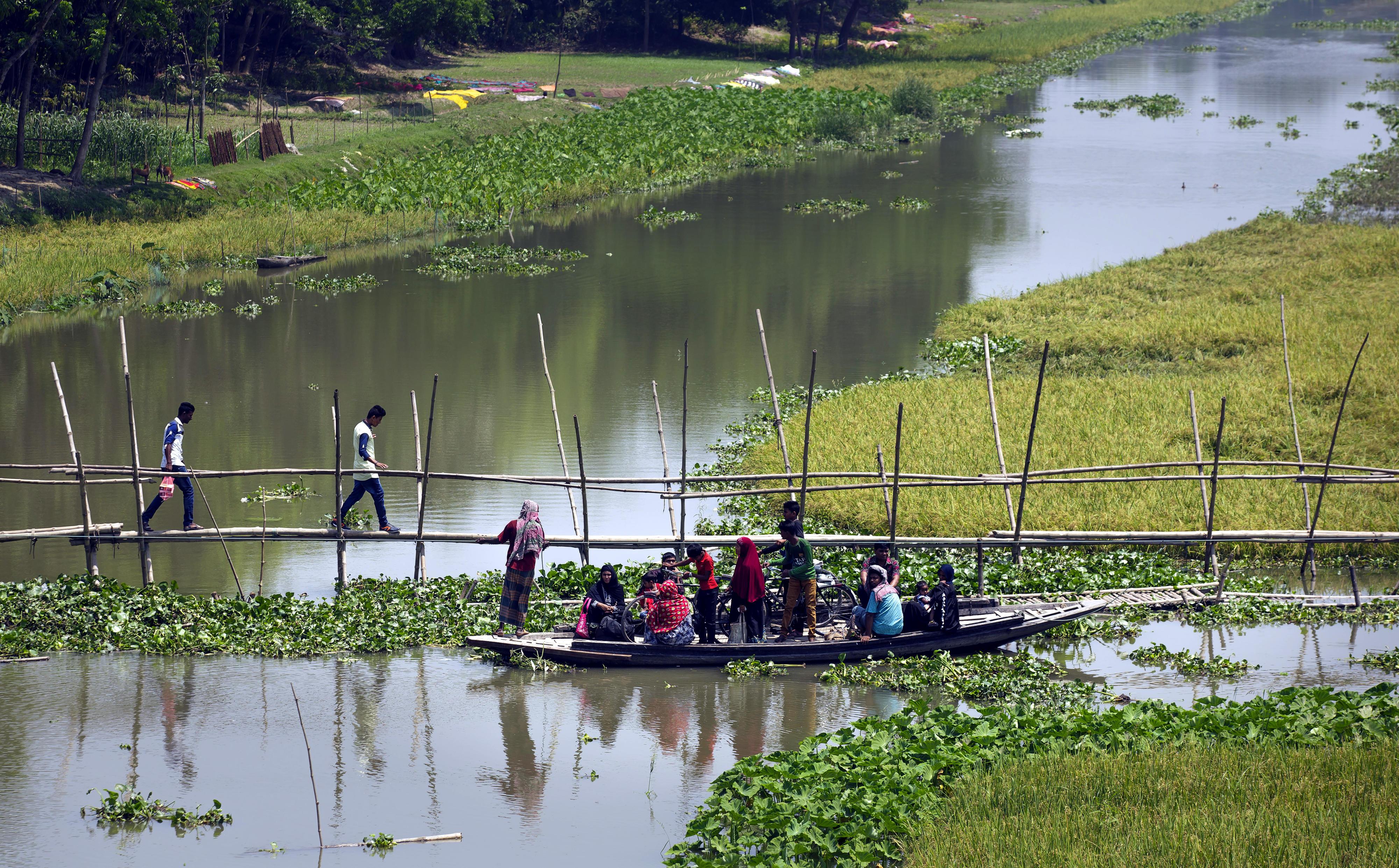 Ein Motorboot fährt durch den Hafen von Khulna, Bangladesch