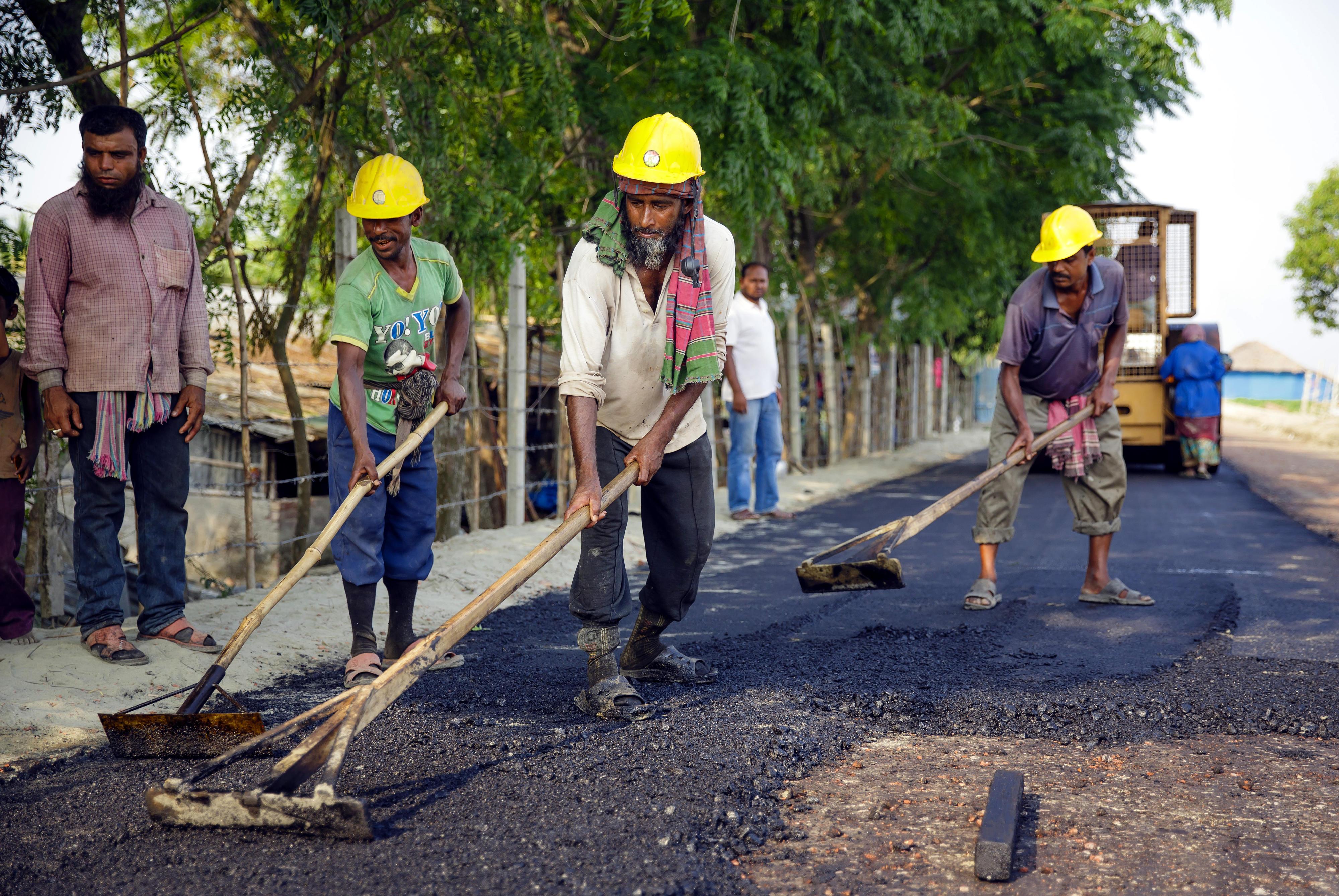 Arbeiter beim Bau einer neuen Dammstraße in Khulna