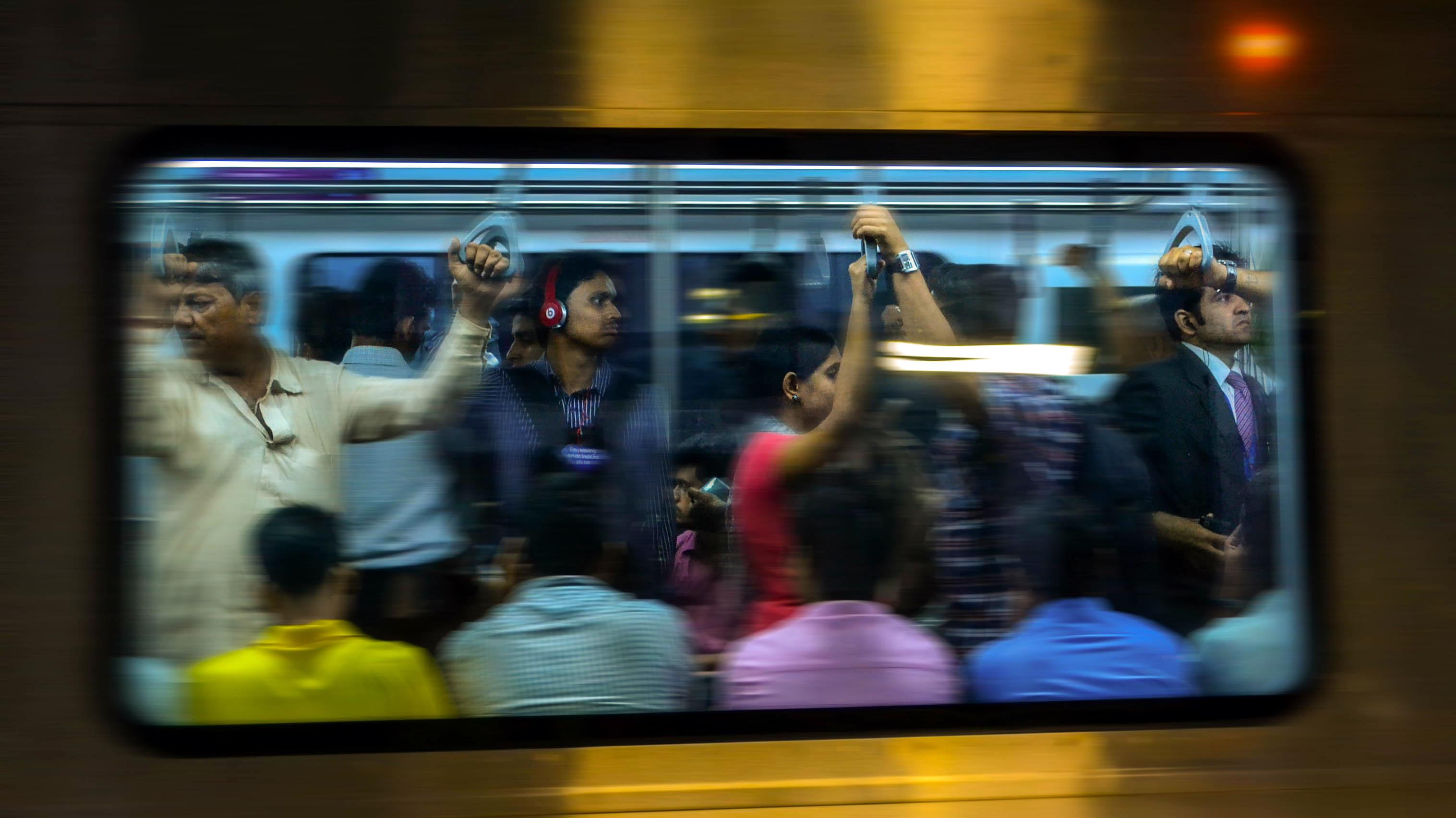 Pendler in der U-Bahn in Mumbai, Indien