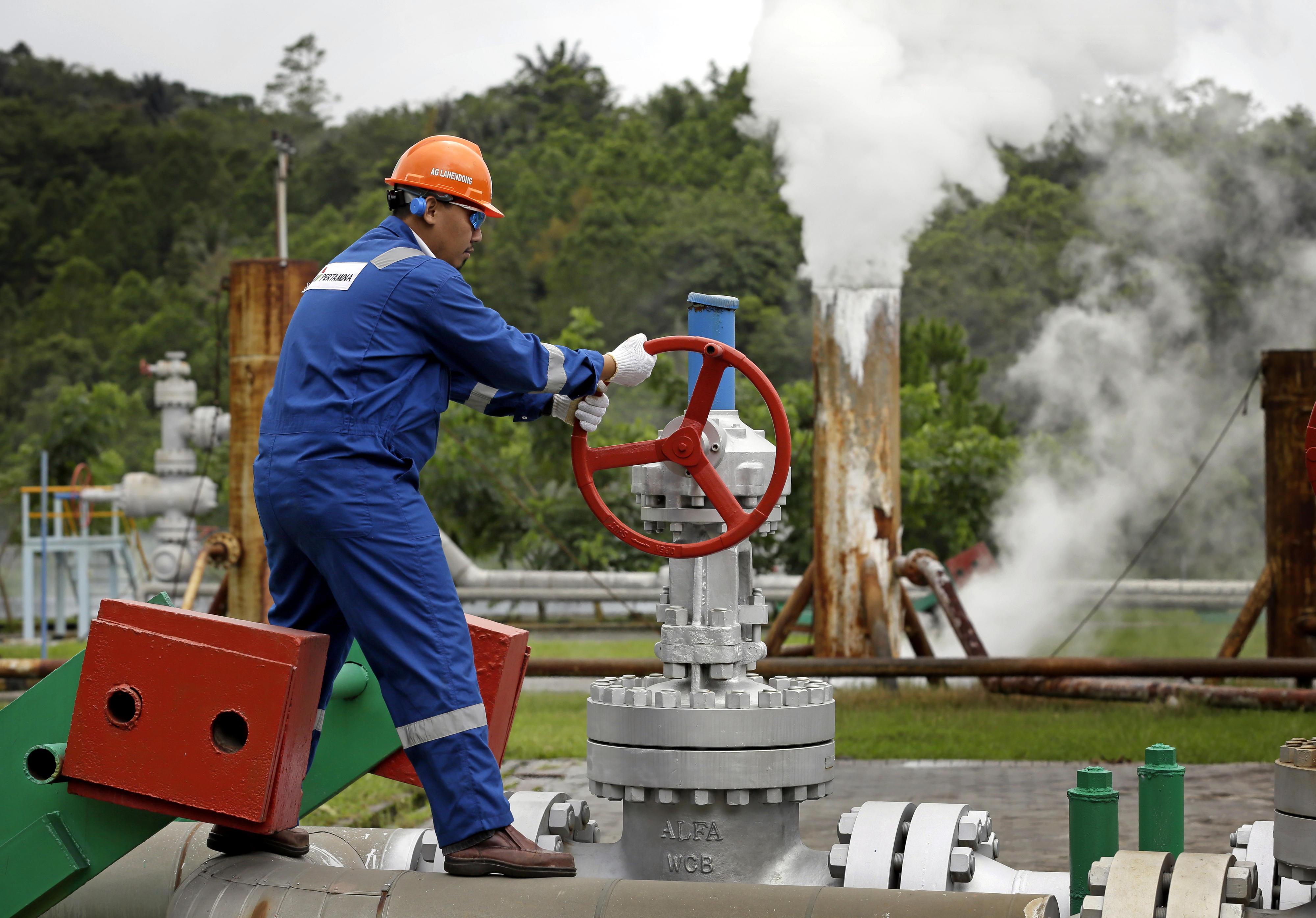 Ein Arbeiter am Geothermiestandort Lahendong auf der Insel Sulawesi, Indonesien. Der hier produzierte heiße Wasserdampf wird in einem nahegelegenen Kraftwerk zur Stromerzeugung genutzt.