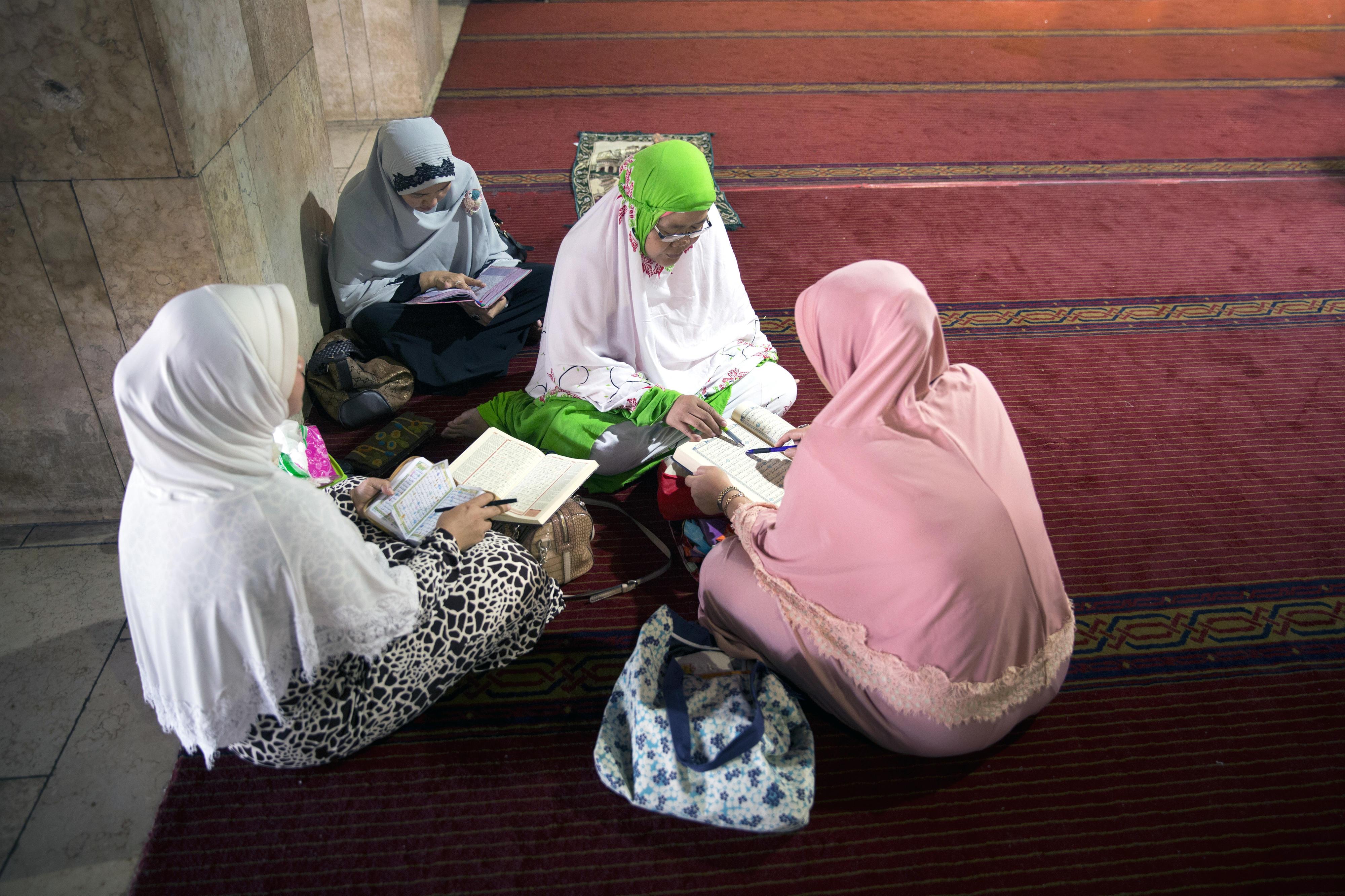 Frauen lesen in der Istiqlal Moschee in Jakarta, Indonesien, im Koran