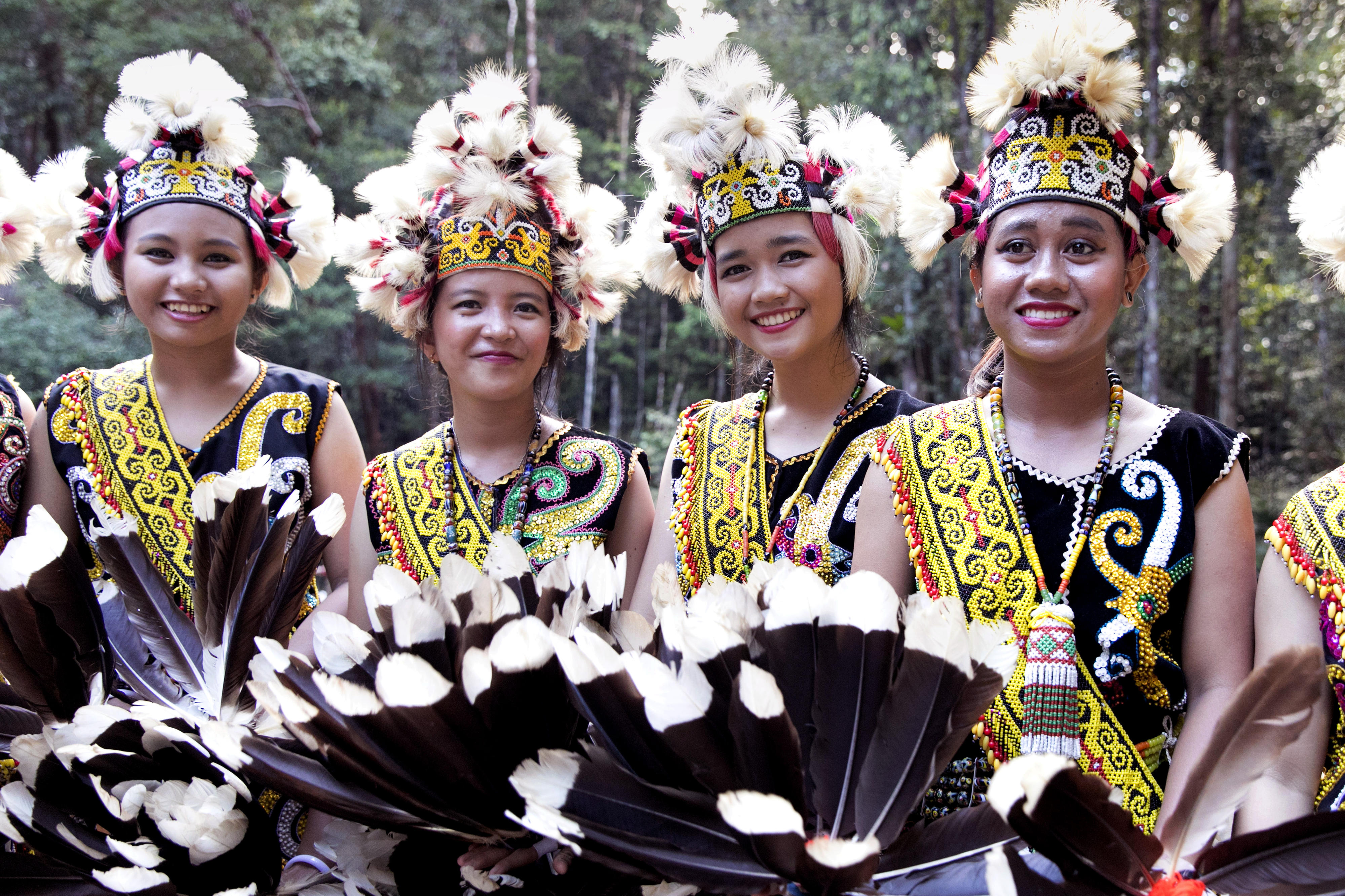 Tänzerinnen in traditioneller Kleidung auf Borneo