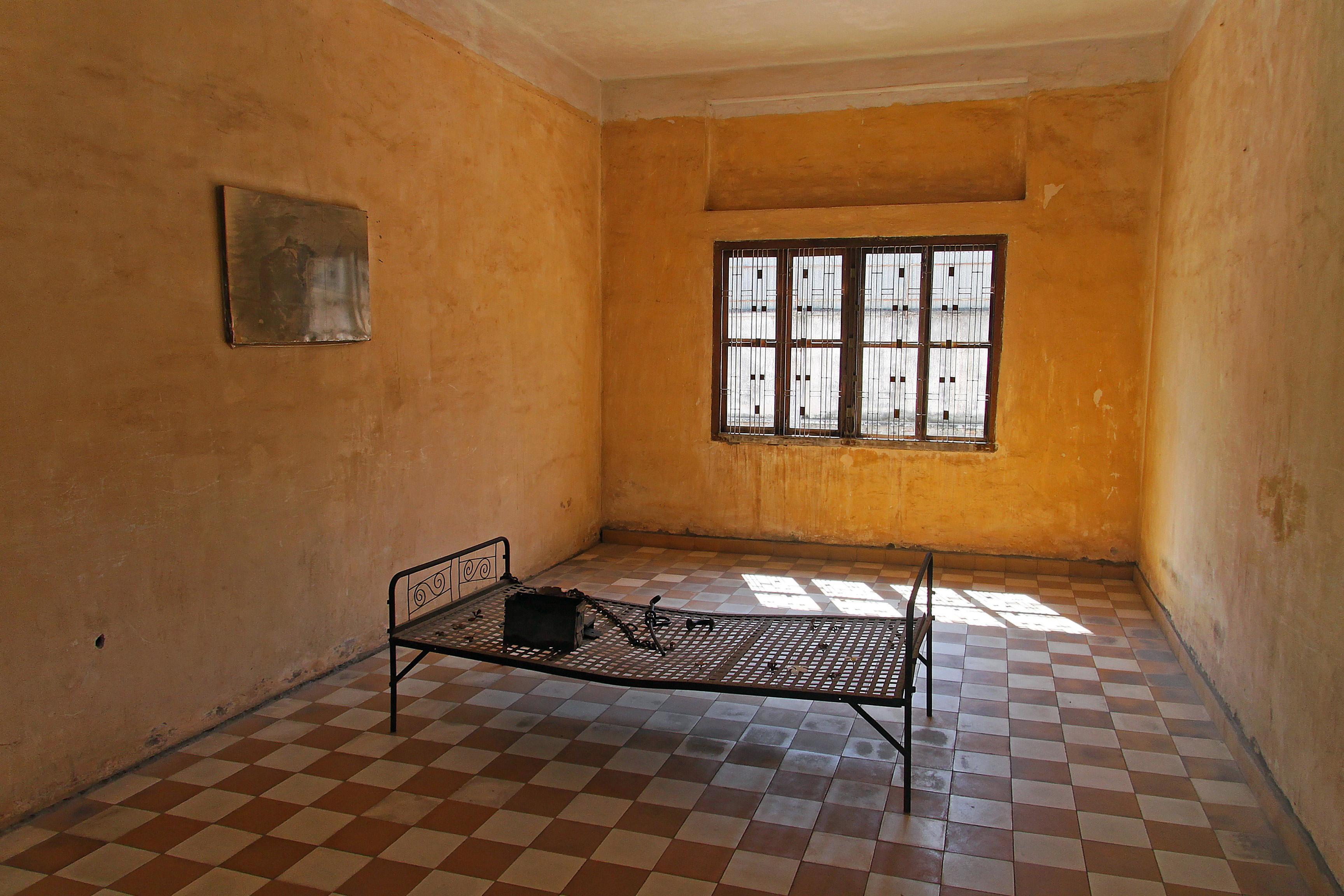 """Folterkammer in Tuol Sleng, einer ehemaligen Schule in Phnom Penh, die von den Roten Khmer zu einem """"Umerziehungslager"""" umfunktioniert wurde. Von den etwa 20.000 Gefangenen haben nur sechs oder sieben überlebt. Heute ist Tuol Sleng ein Museum und Mahnmal gegen den Genozid."""