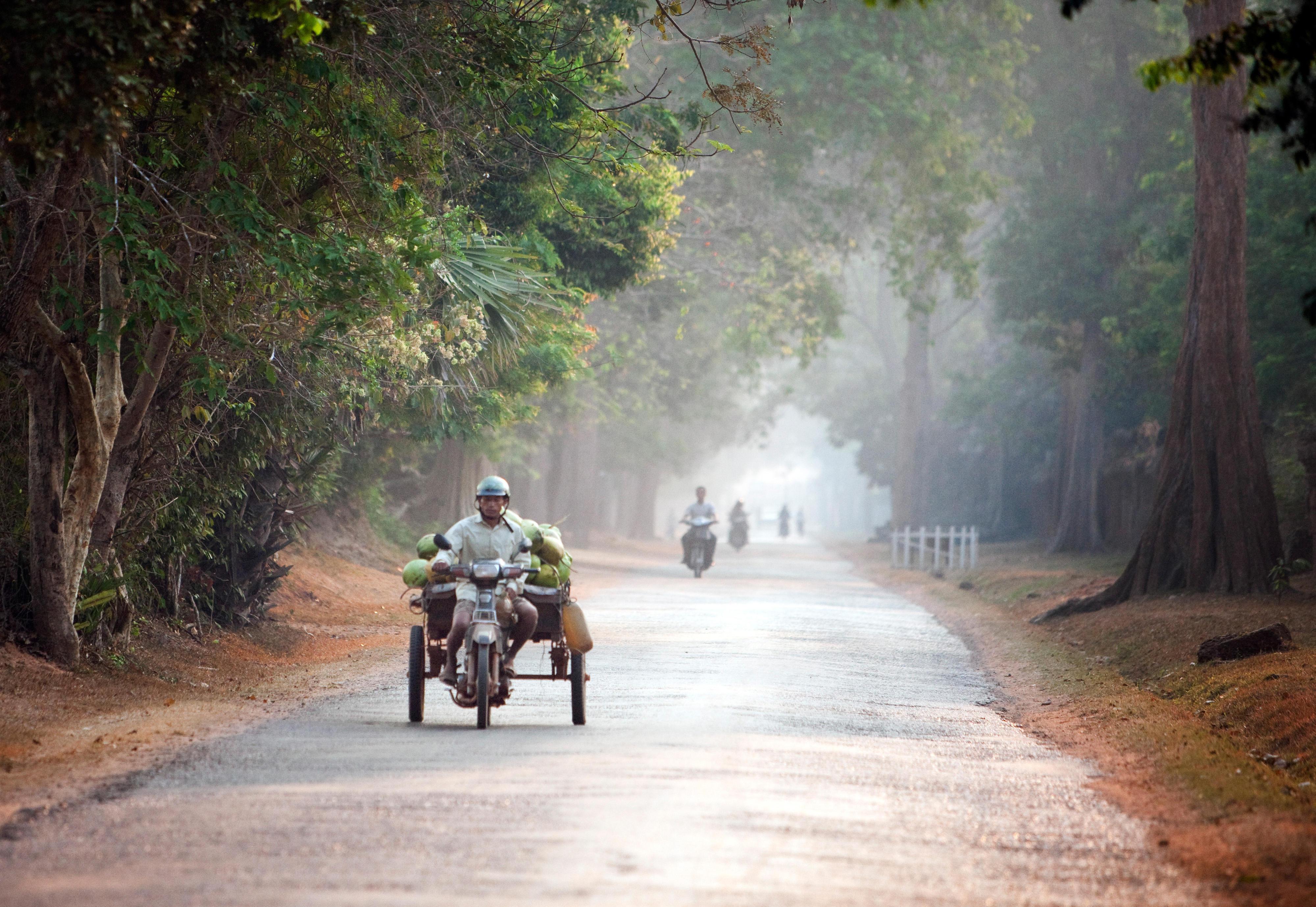 Motorradfahrer auf einer Straße in Siem Reap, Kambodscha