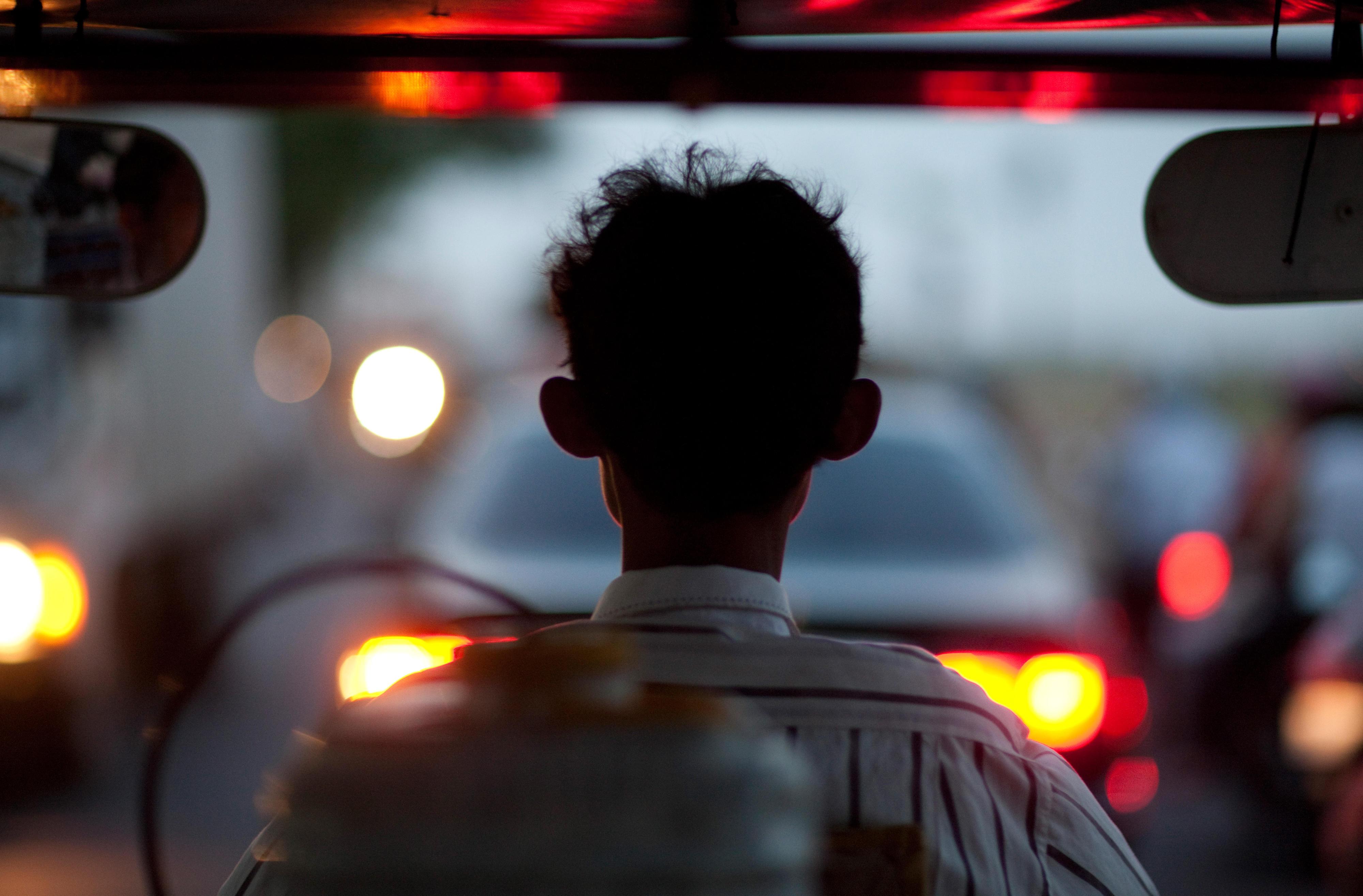 Fahrer eines Tuk Tuks (motorisierte Rikscha) in Phnom Penh, Kambodscha