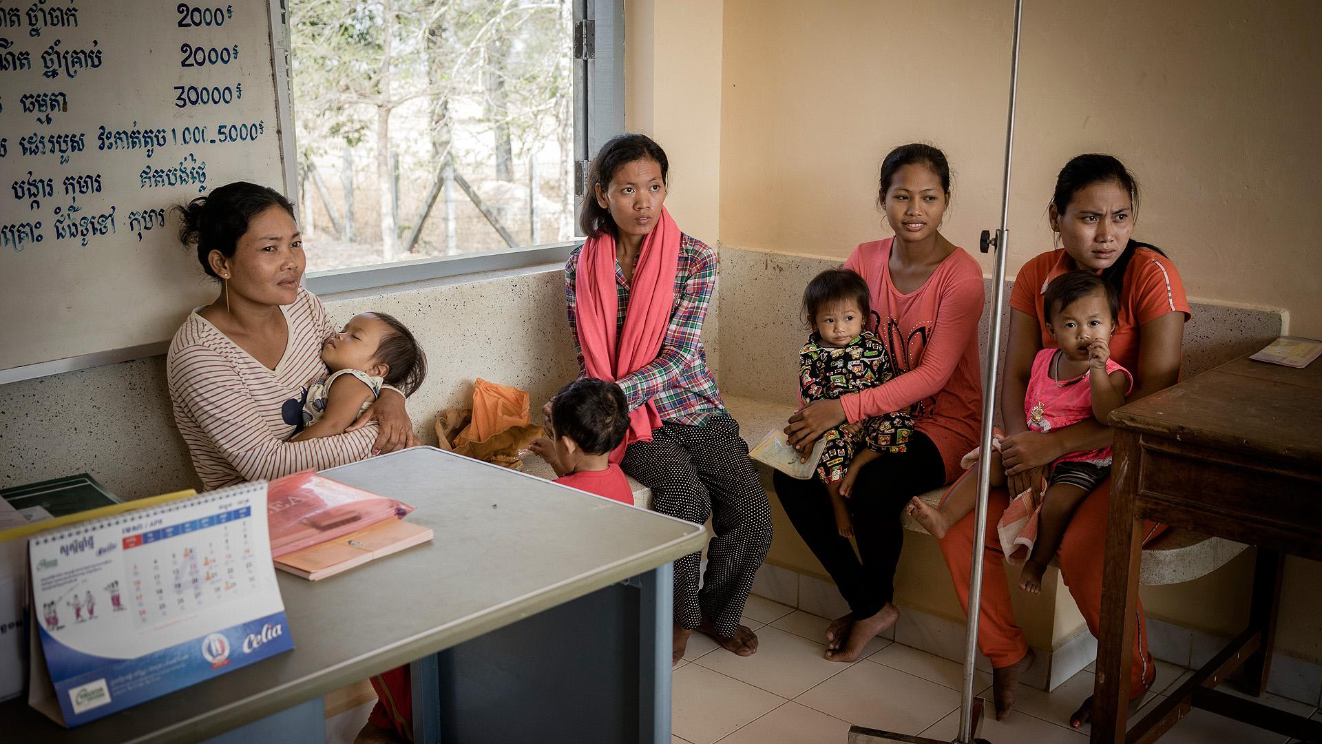 Mütter und Kinder, die an einer Wachstumsstudie teilnehmen, warten in einem Wartezimmer in Prey Veng, Kambodscha