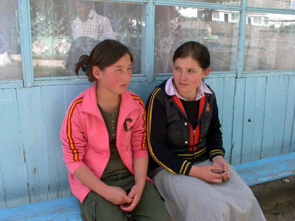 Zwei Mädchen im südlichen Kirgisistan