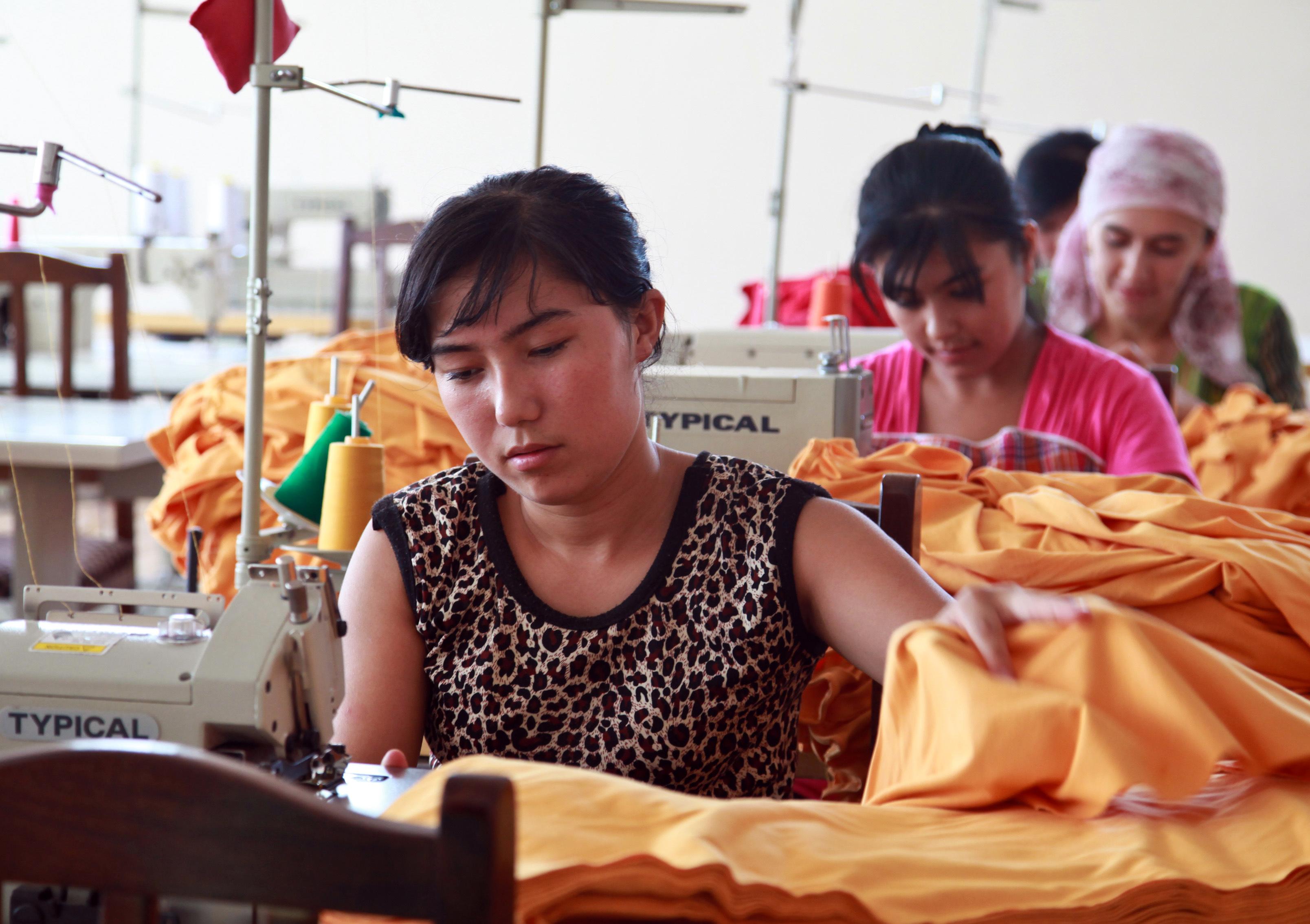 Näherinnen in einer Textilwerkstatt in Usbekistan