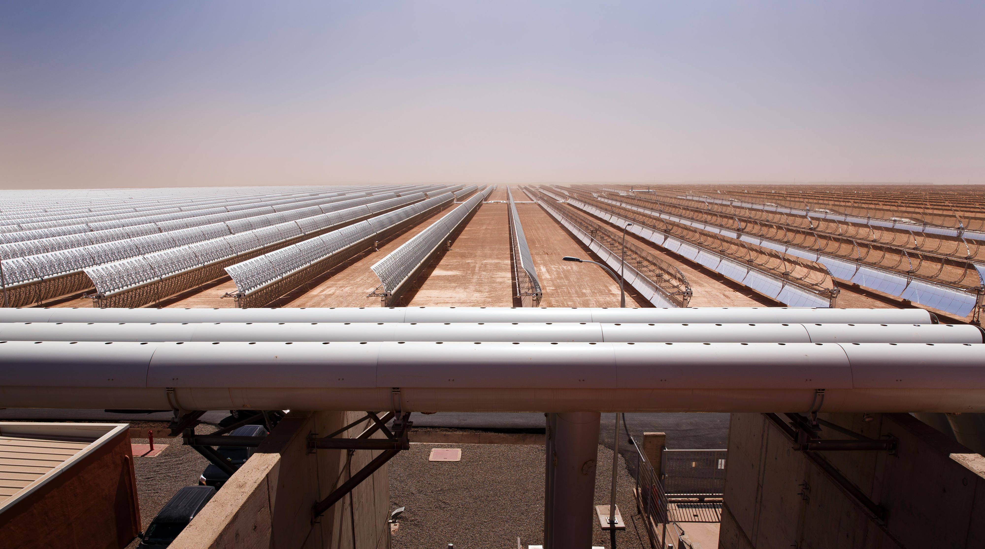 Solarflächen eines Solarkraftwerks in Quarzazate, Marokko