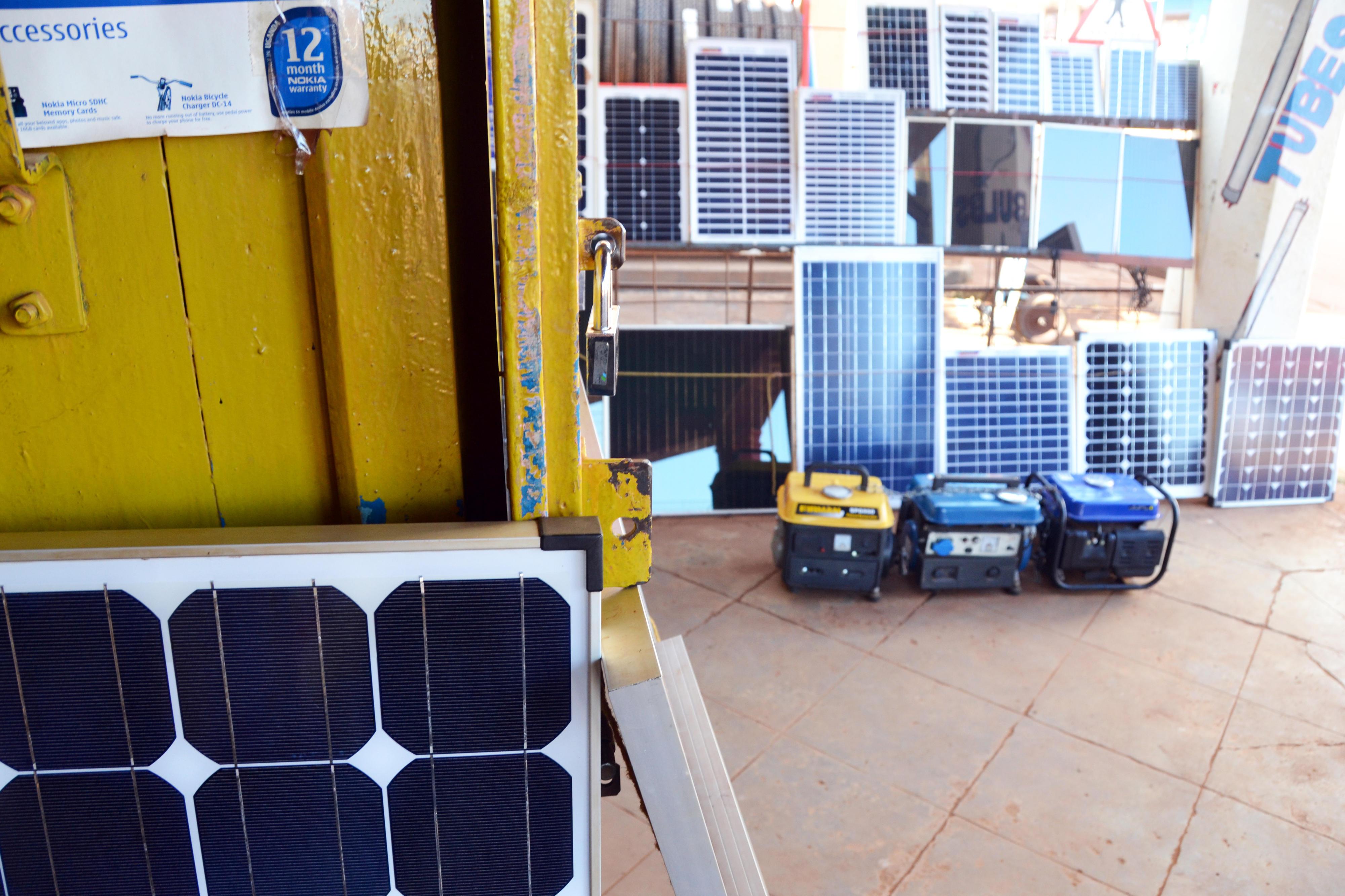Geschäft in Uganda, das Solarpaneele und Solarzubehör verkauft