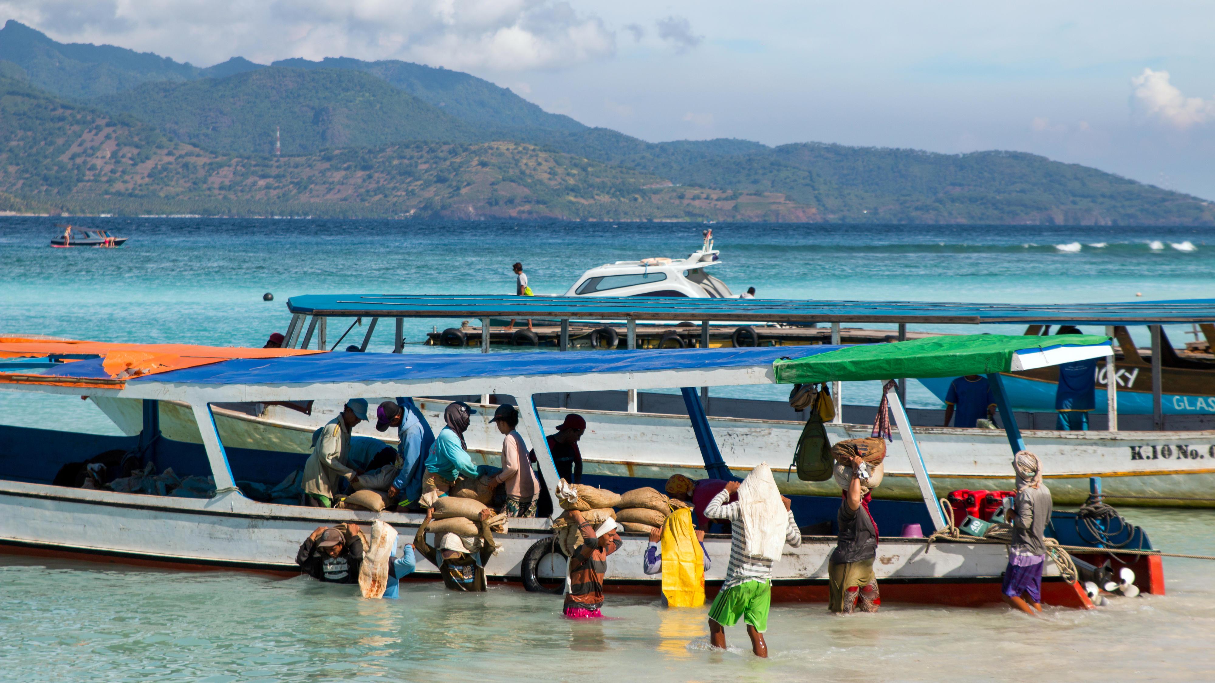 Entladen von Transportbooten auf der InselGili Trawangan, Indonesien