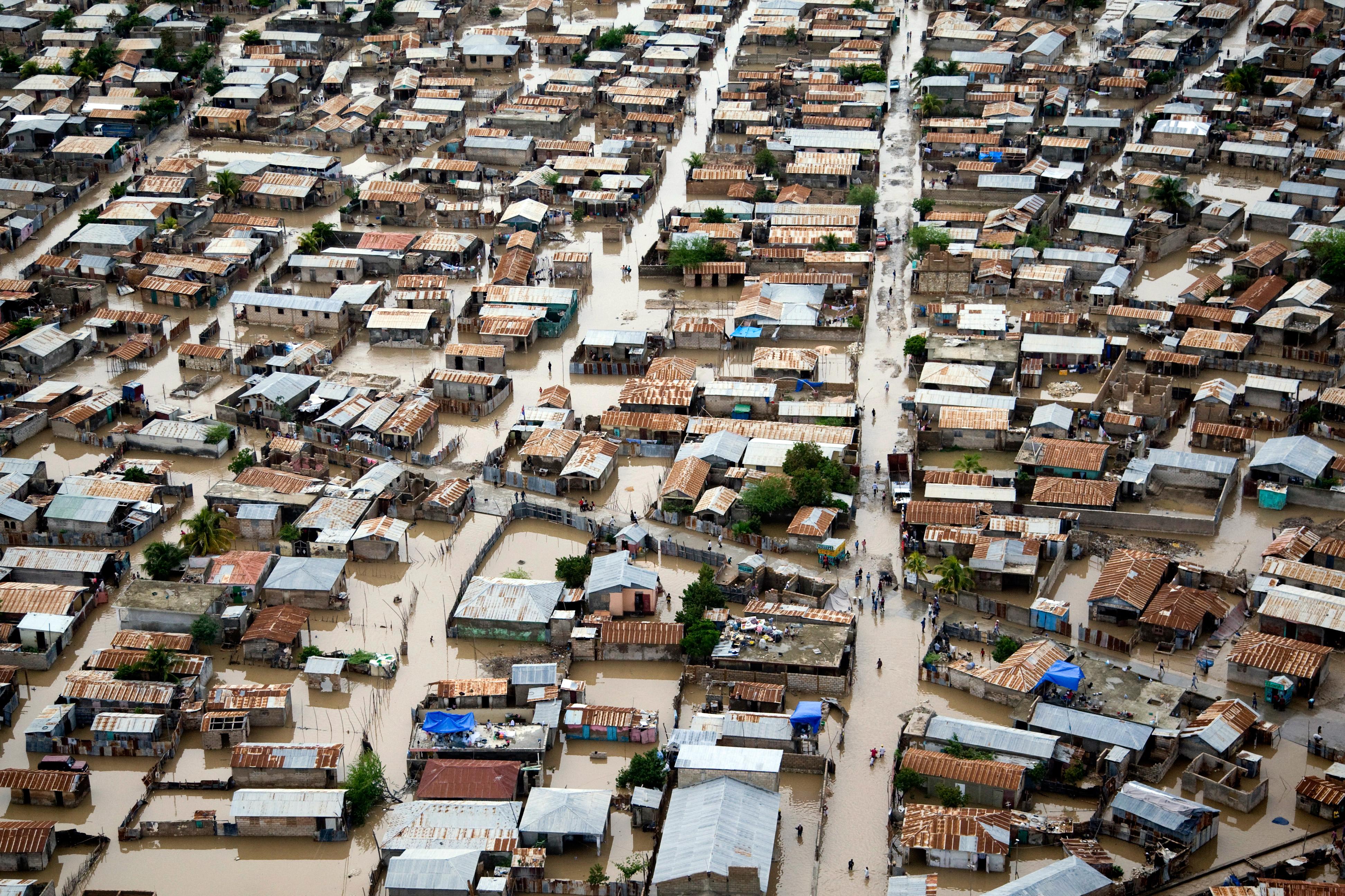 Überflutete Straßen und Wege in Gonaives, Haiti, nachdem der Hurrikan Tomas die Gegend passierte