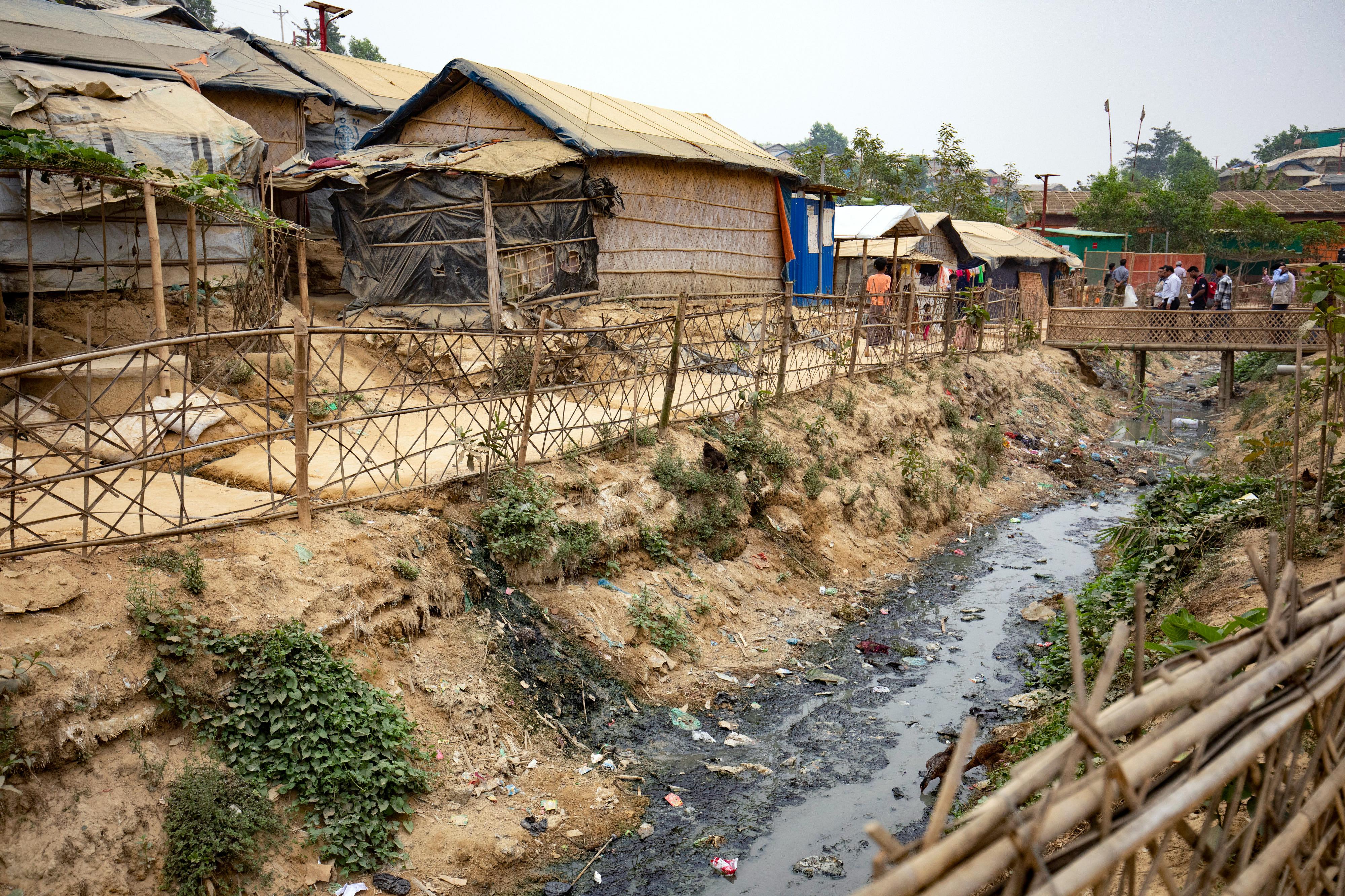 Blick auf einen Wassergraben im Flüchtlingslagers Kutupalong, Cox Bazar in Bangladesch