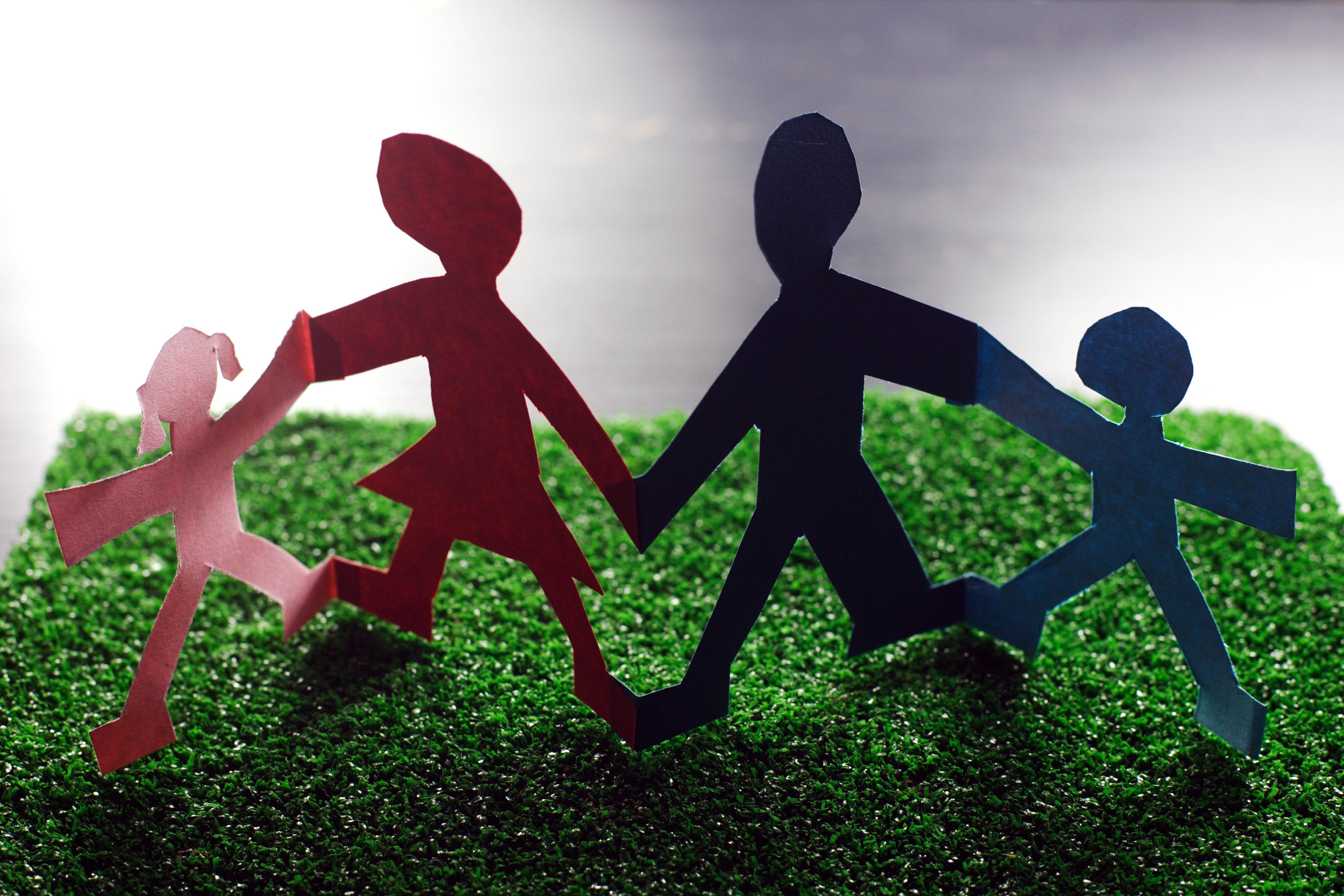 Symbolbild: Familie mit Eltern und zwei Kindern aus Papier