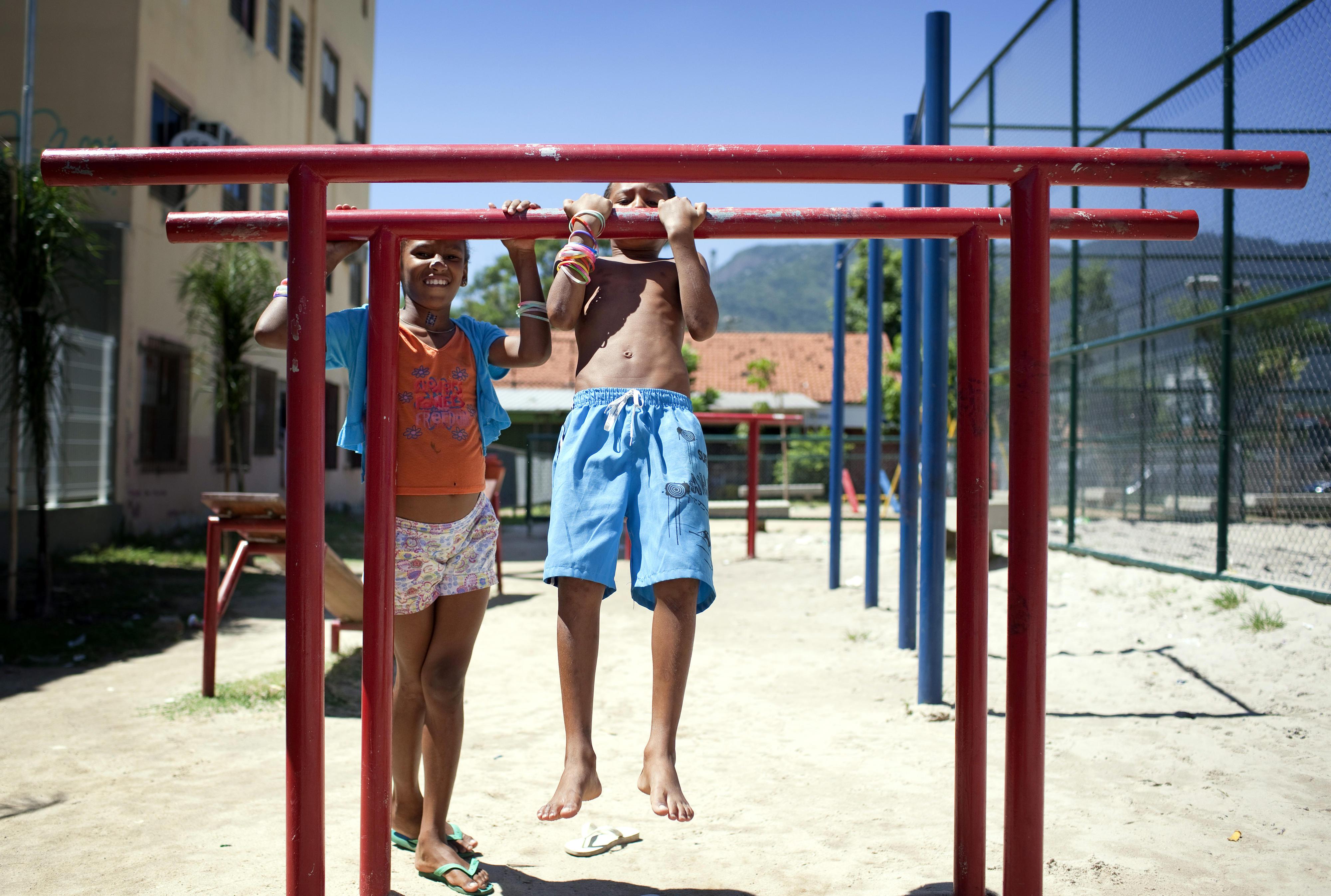 Kinder auf einem Spielplatz in der Favela Mangueira in Rio de Janeiro