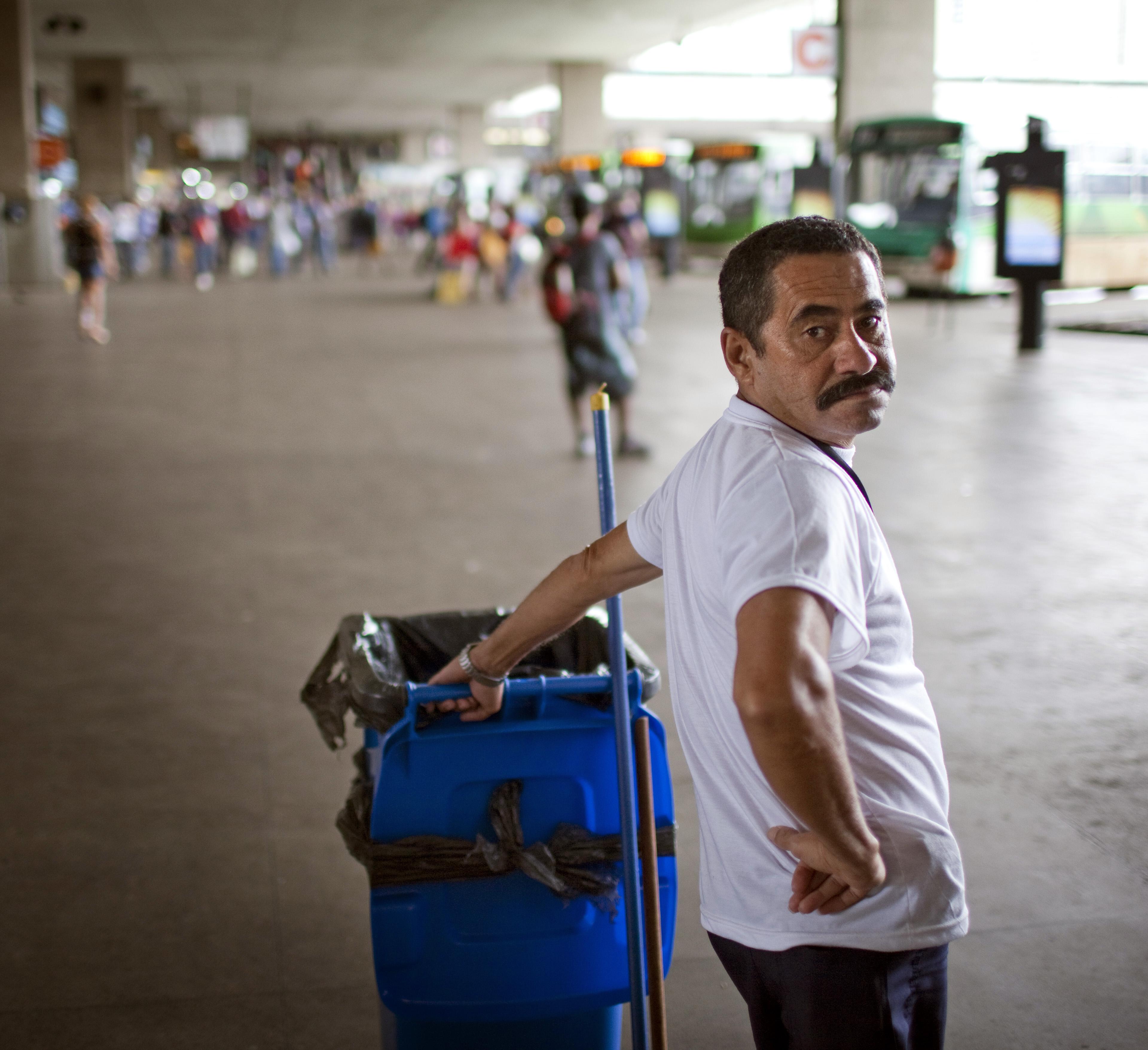 Reinigungskraft am Busbahnhof in Sao Paulo