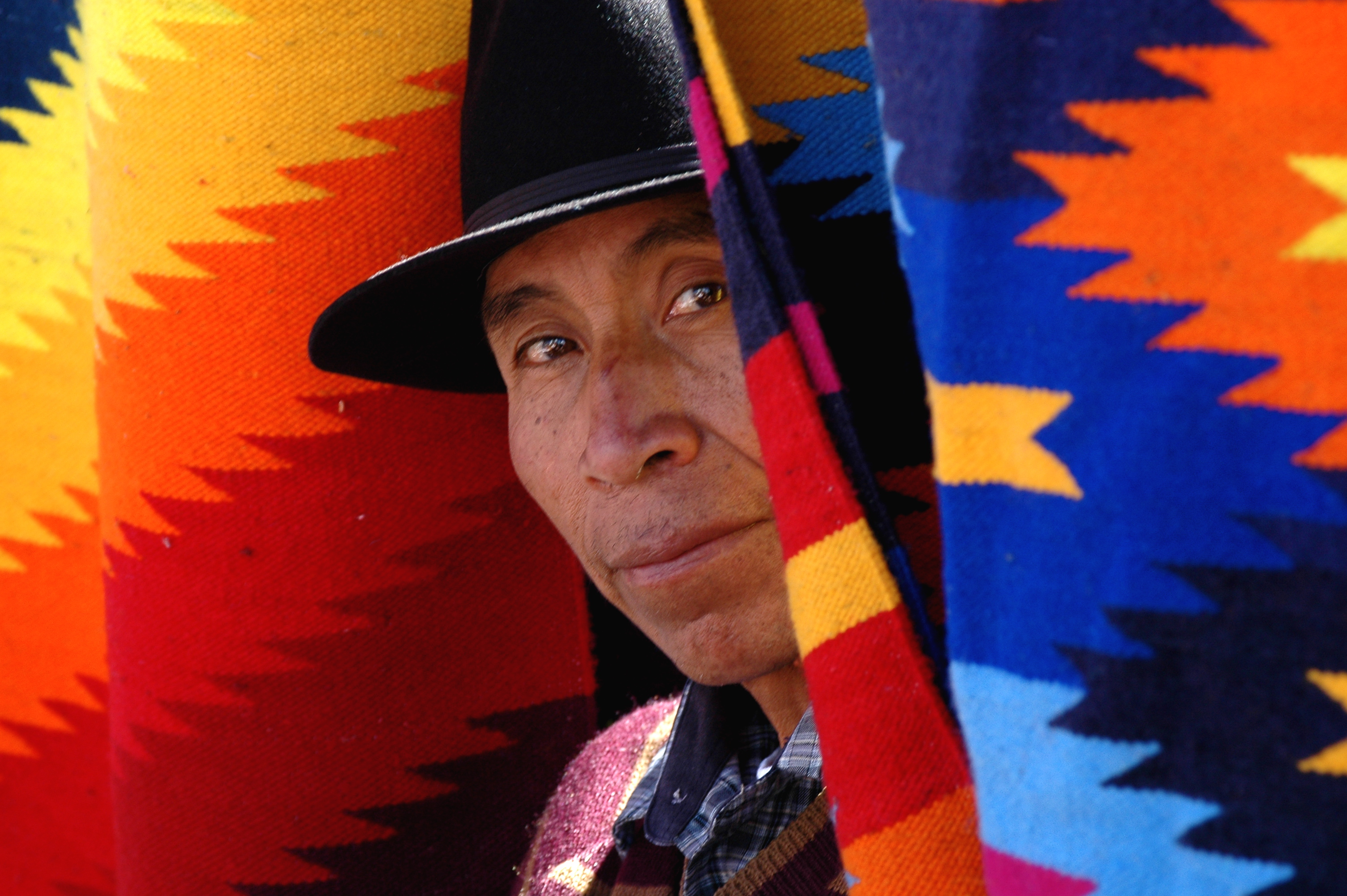 Ein Teppichverkäufer auf dem Markt von Otavalo, Ecuador