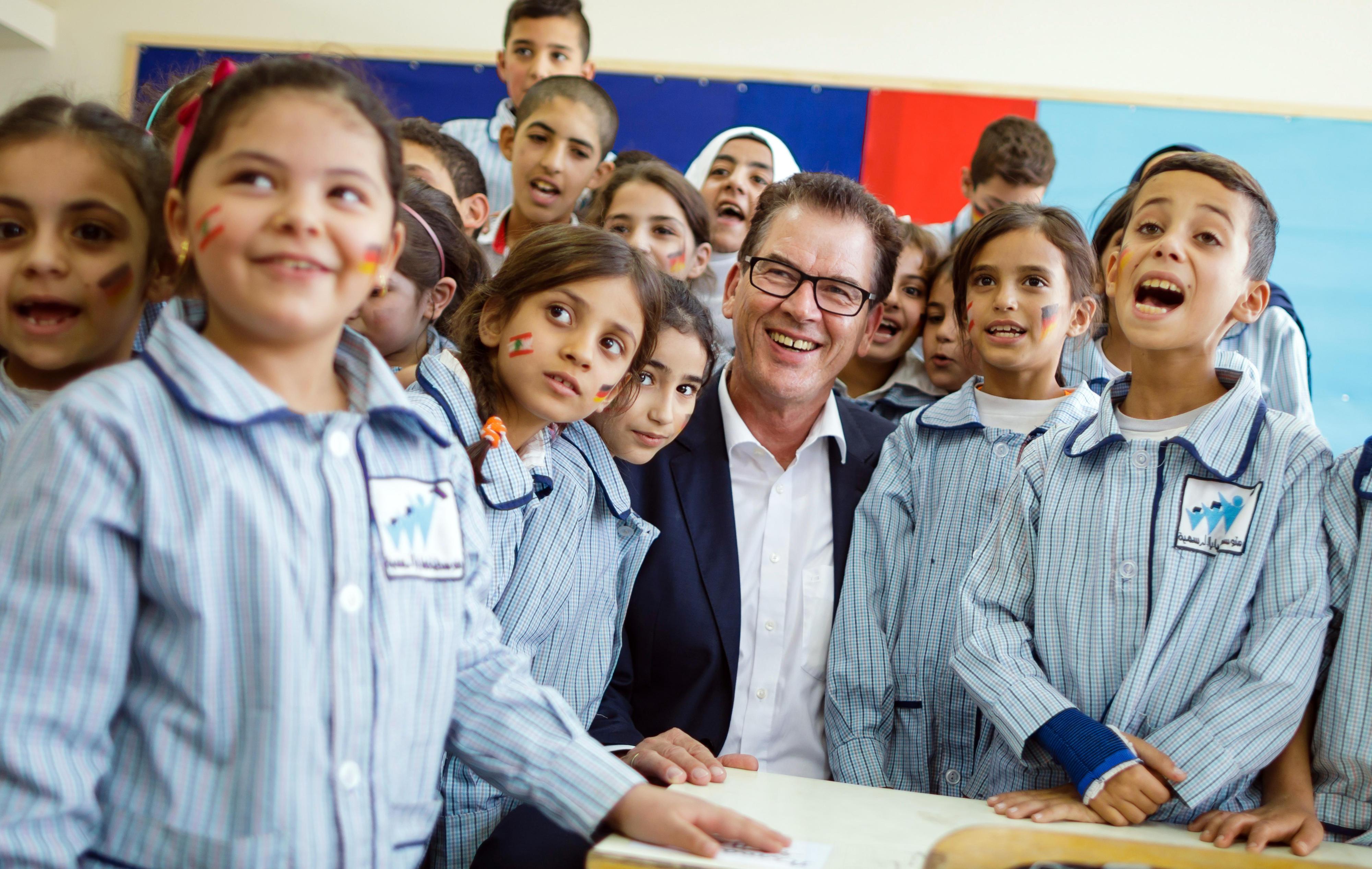 Bundesentwicklungsminister Gerd Müller in einer Schule im Libanon, die mit deutschen Mitteln instandgesetzt wurde. (Foto von Oktober 2016)
