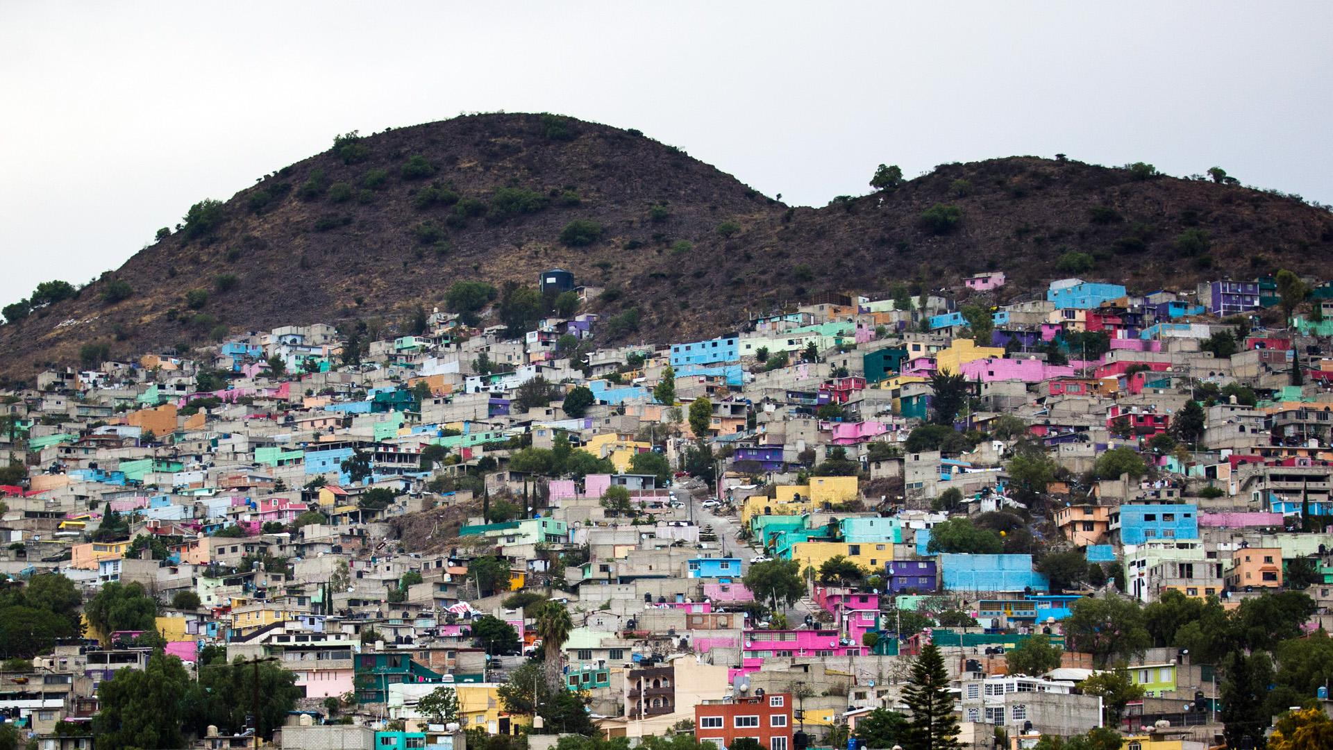 Wohnsiedlung an einem Berg im Ballungsgebiet von Mexiko-Stadt