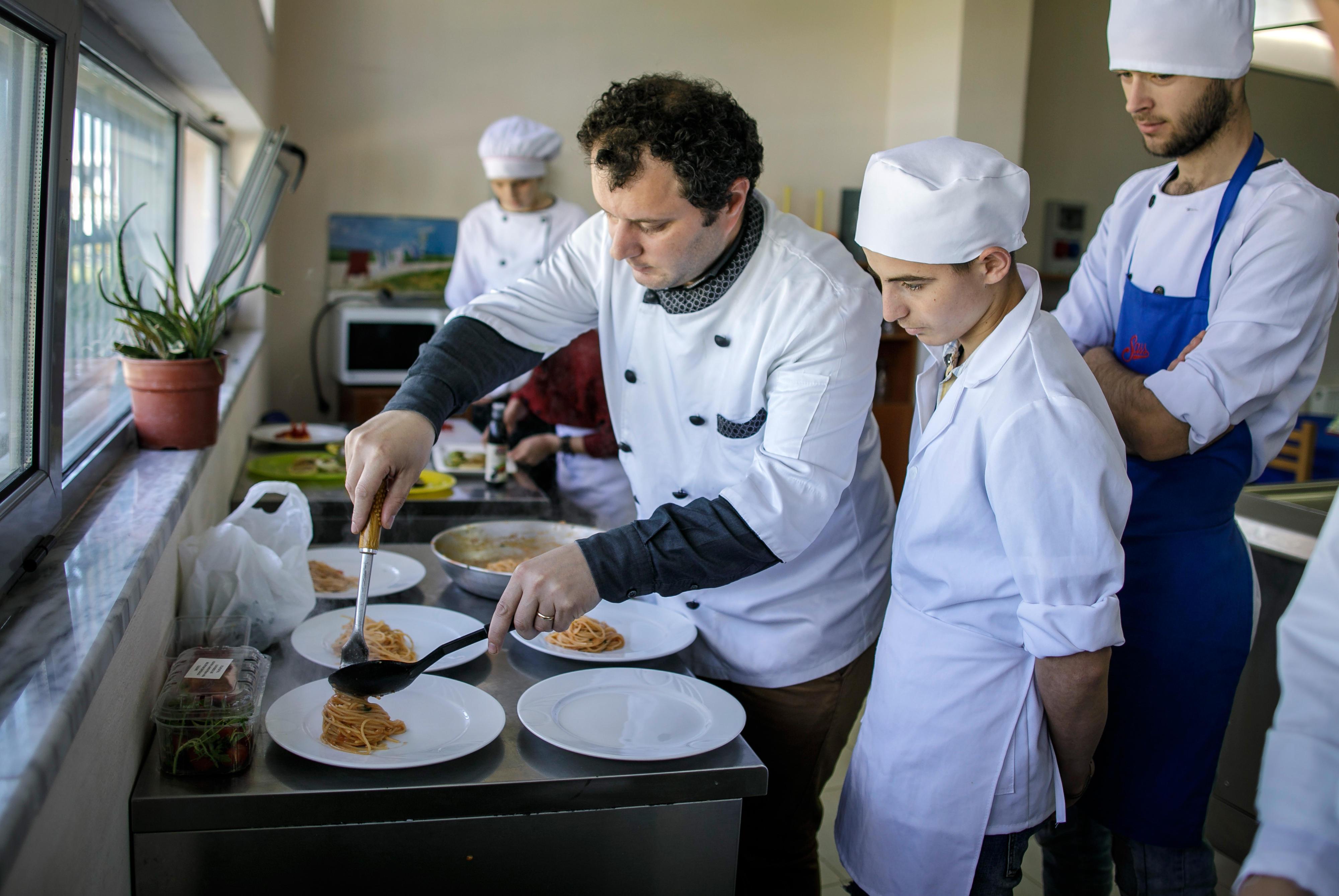 Ausbildung von Köchen in einer Berufsschule in Kamza, Albanien