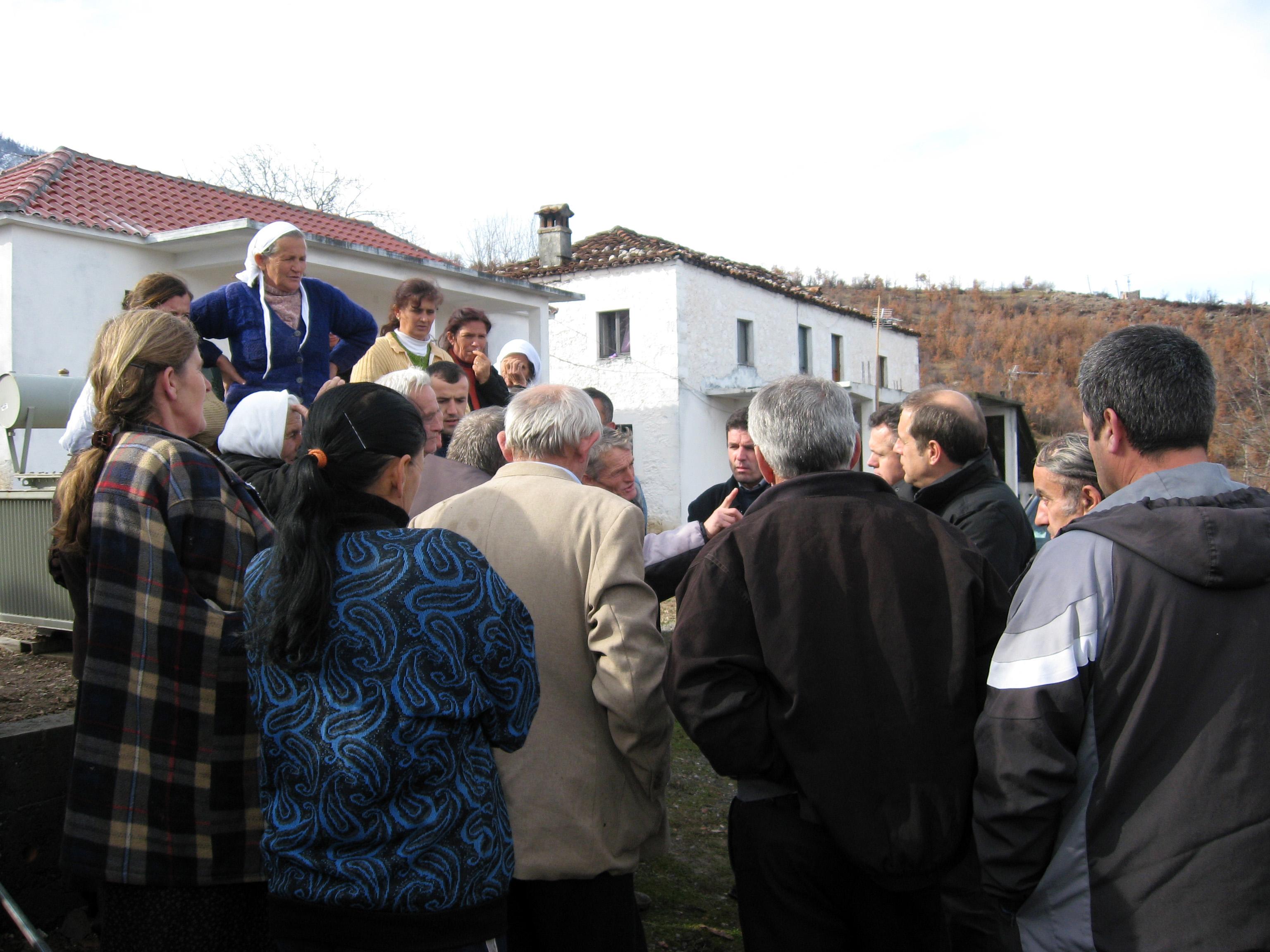 Diskussion im Dorf Mishter in der Region Gurre, Albanien, über ein Trinkwasserversorgungsvorhaben