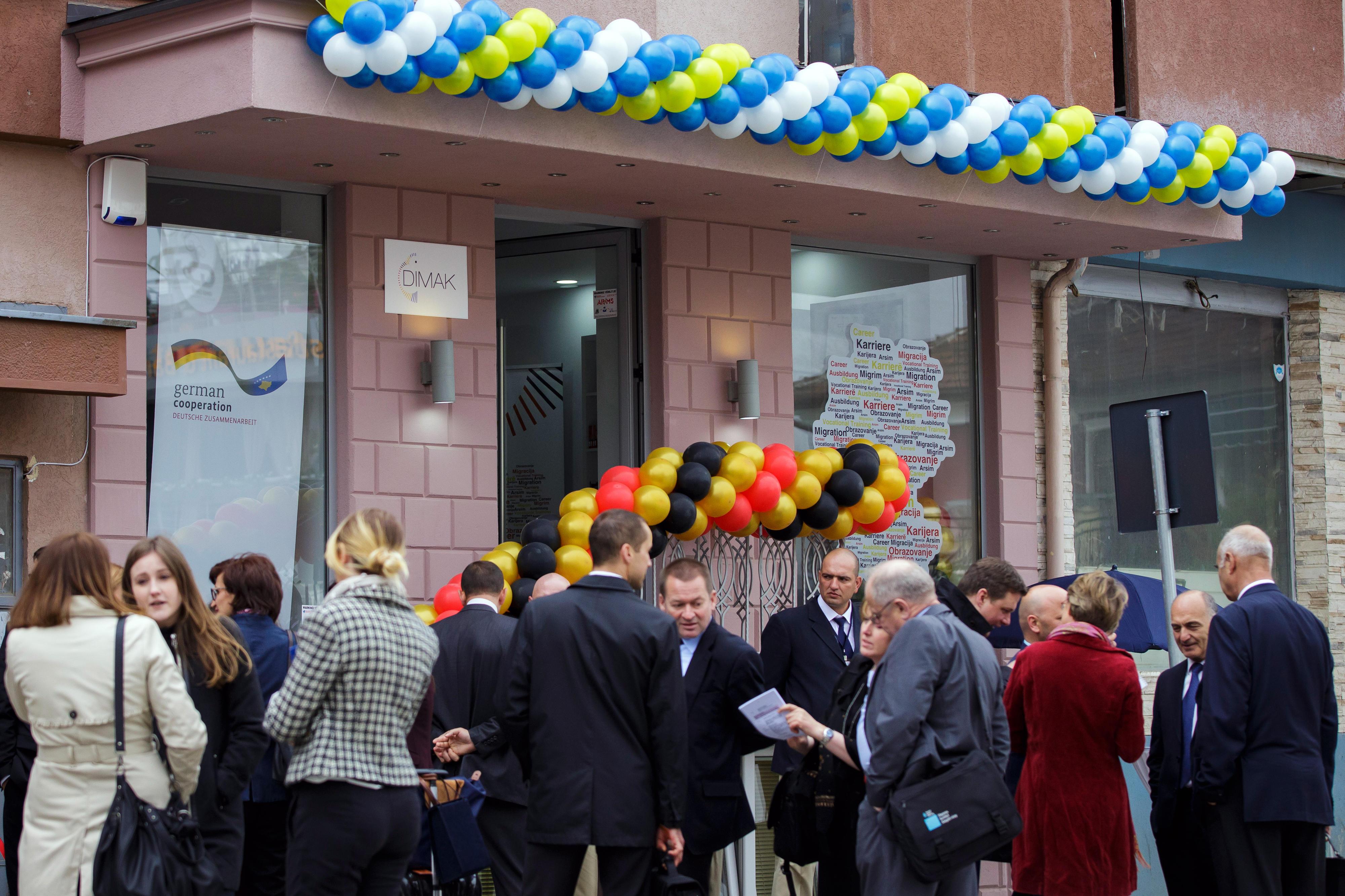 Außenansicht des Deutschen Informationspunkts für Migration, Ausbildung und Karriere (DIMAK) am Tag der Eröffnung in Pristina, 28.05.2015