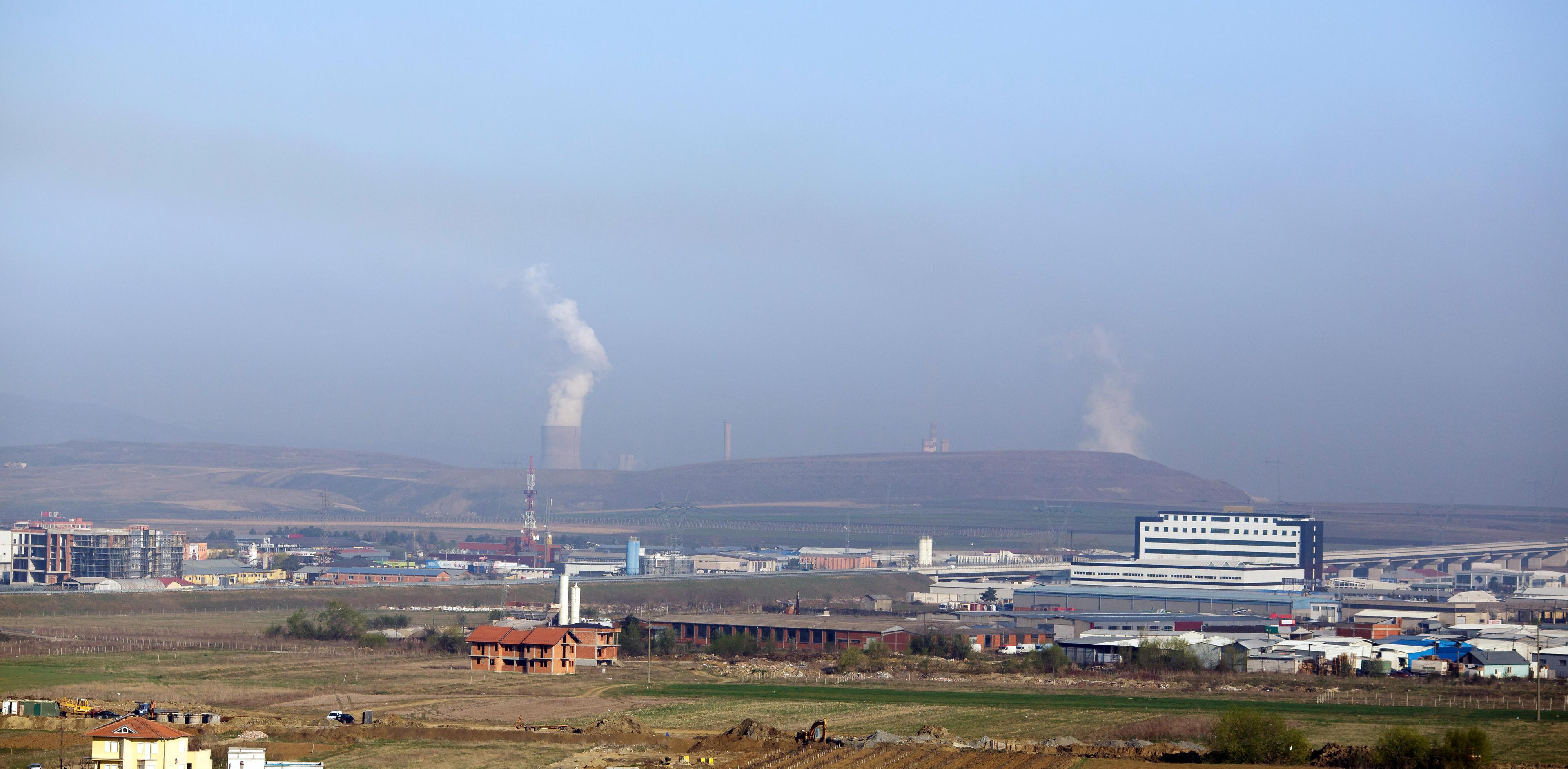 Blick auf ein Kohlekraftwerk bei Pristina, Kosovo