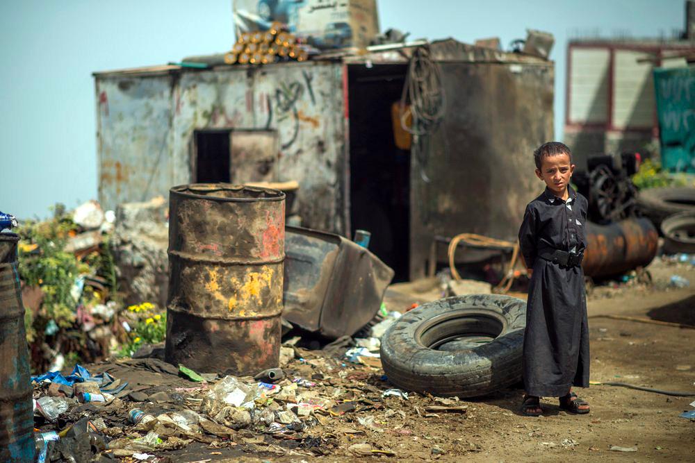 Ein Kind steht in der Nähe einer Hilfseinrichtung in Raymah, Jemen.
