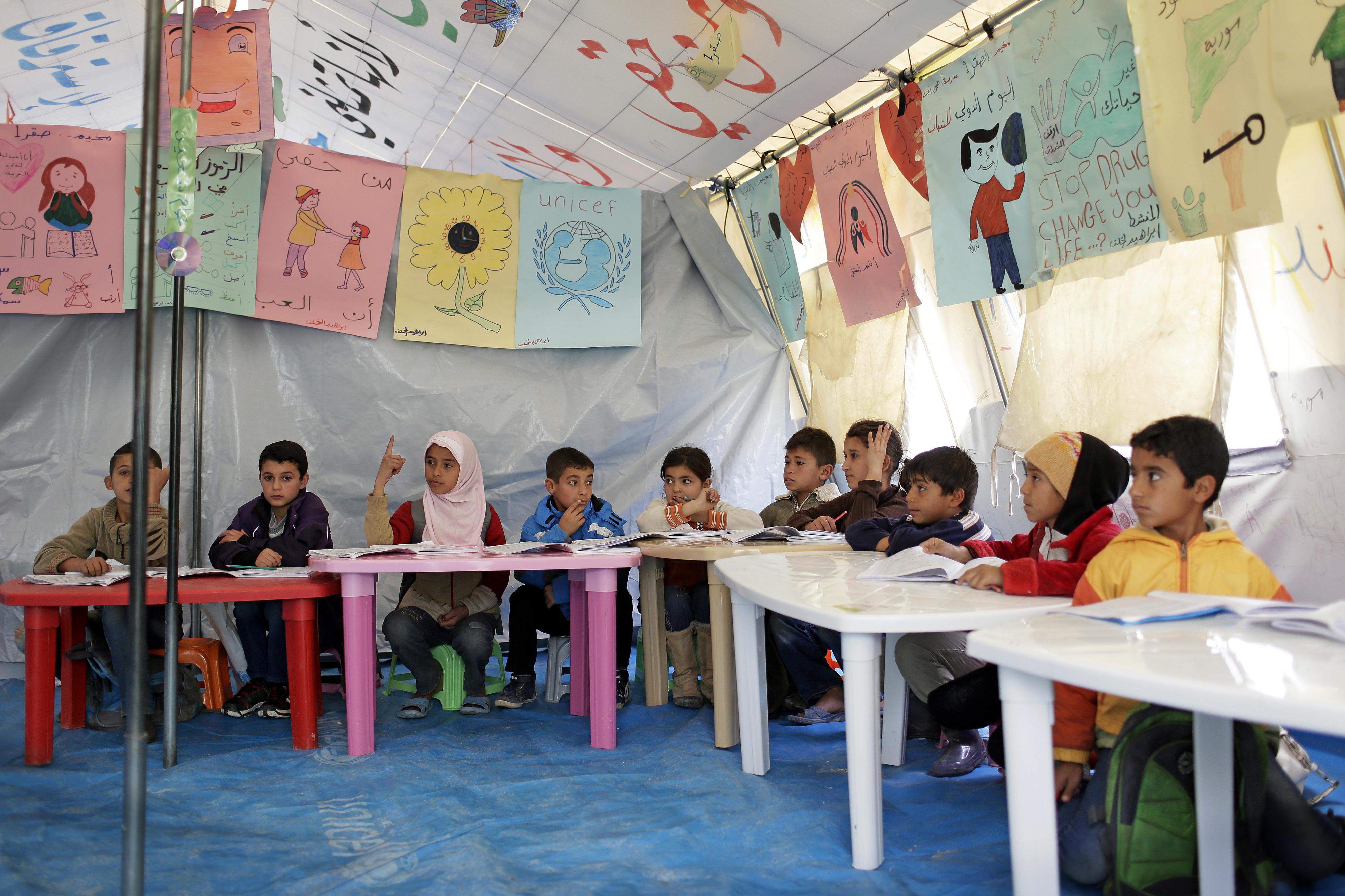 Provisorische Grundschule in einer informellen Zeltsiedlung für syrische Flüchtlinge in Zahlé, Libanon