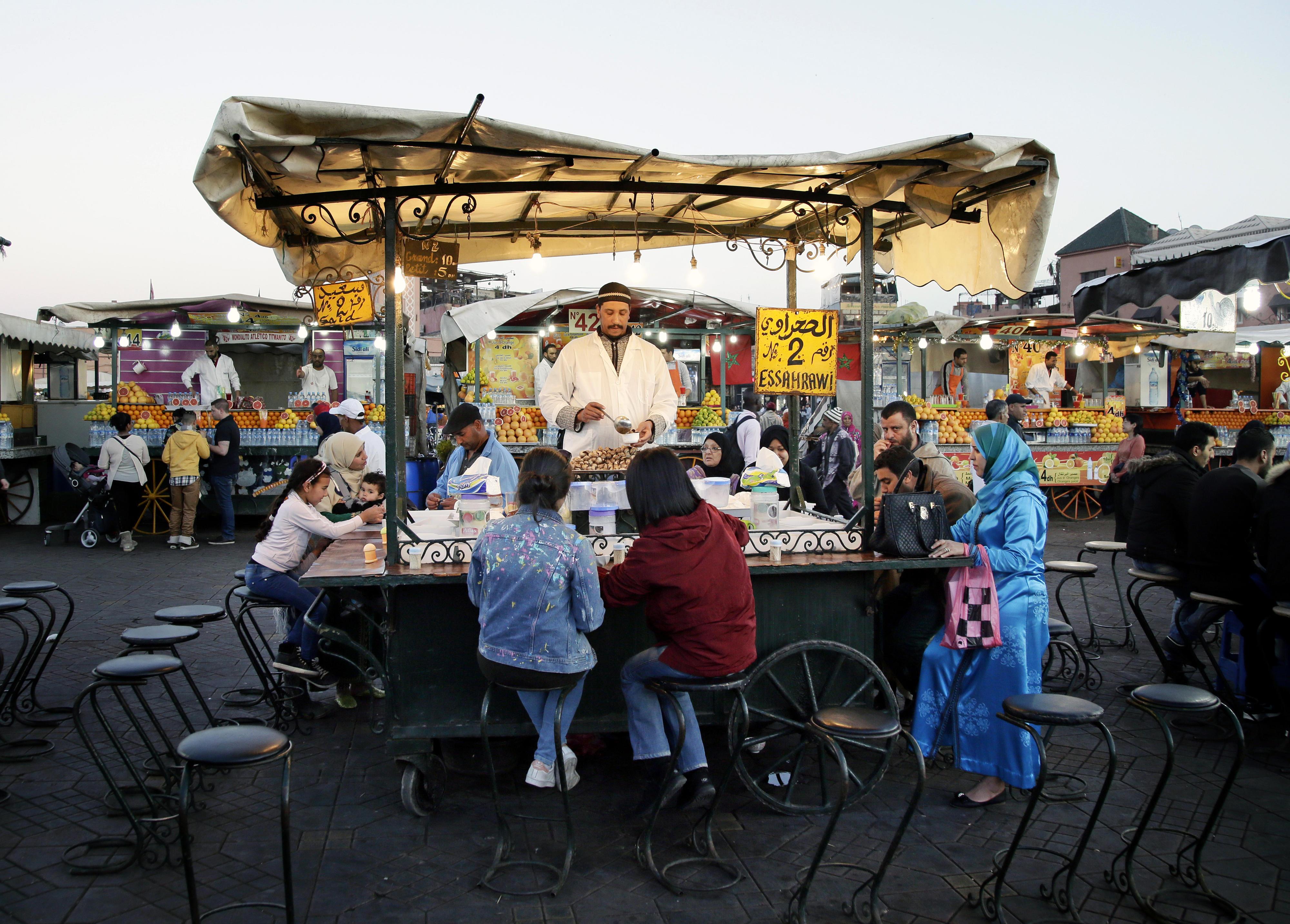 Verkauf von Muschelsuppe – Essensstand auf dem Platz Djemaa el-Fna in Marrakesch, Marokko