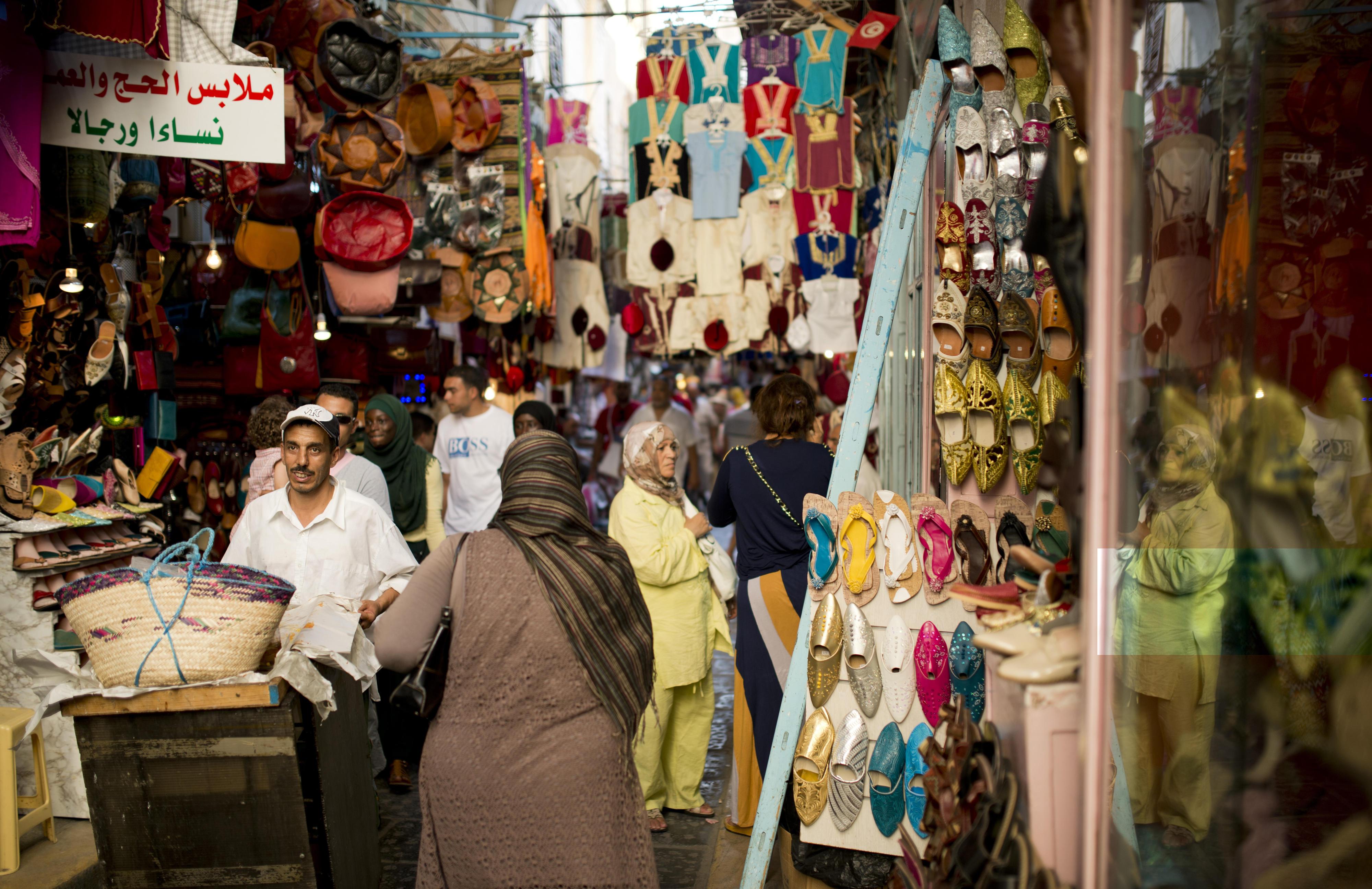 Passanten im Basar von Tunis