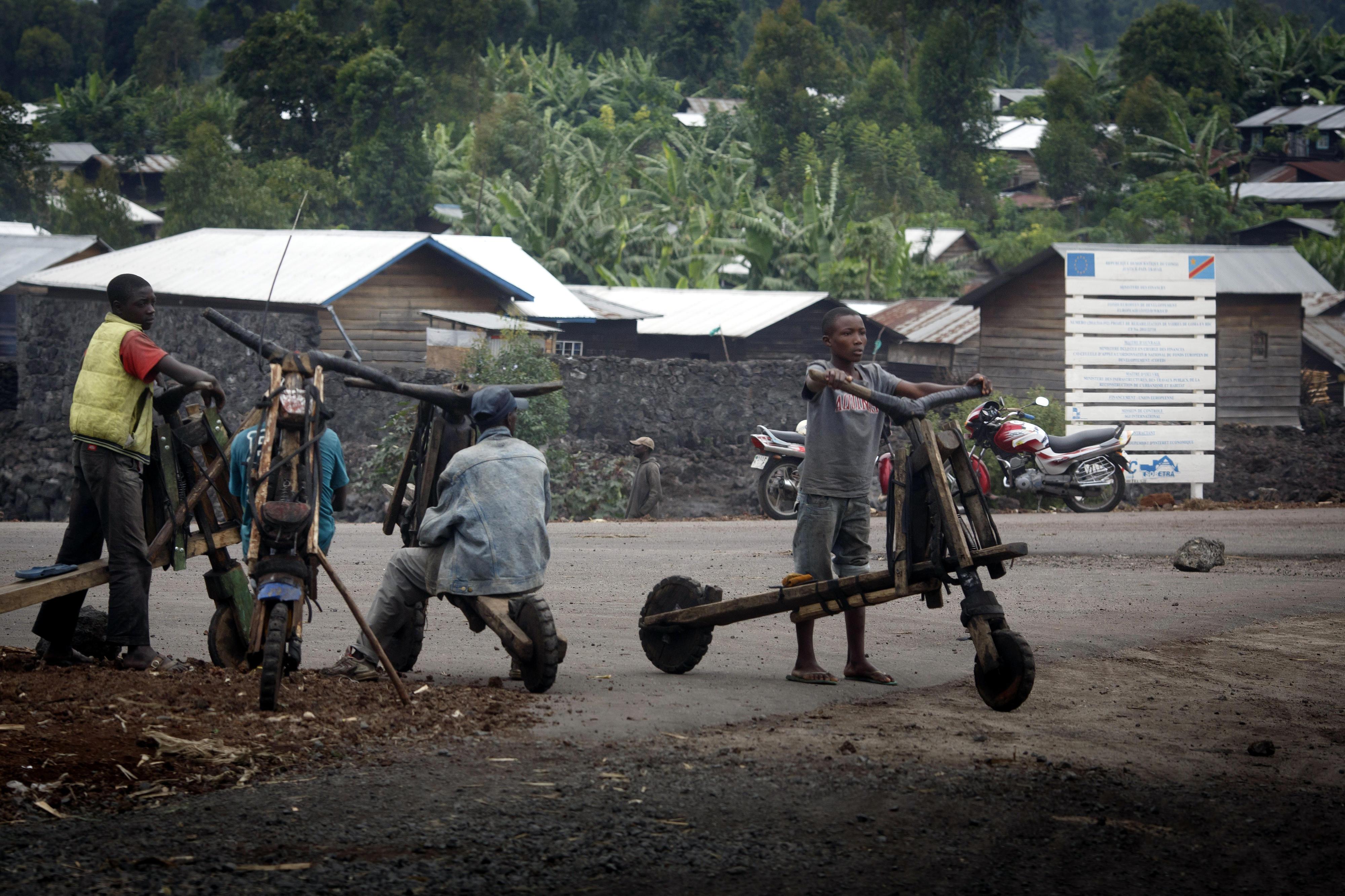 Männer mit sogenannten Chukudus (Lastenroller) in Goma, DR Kongo