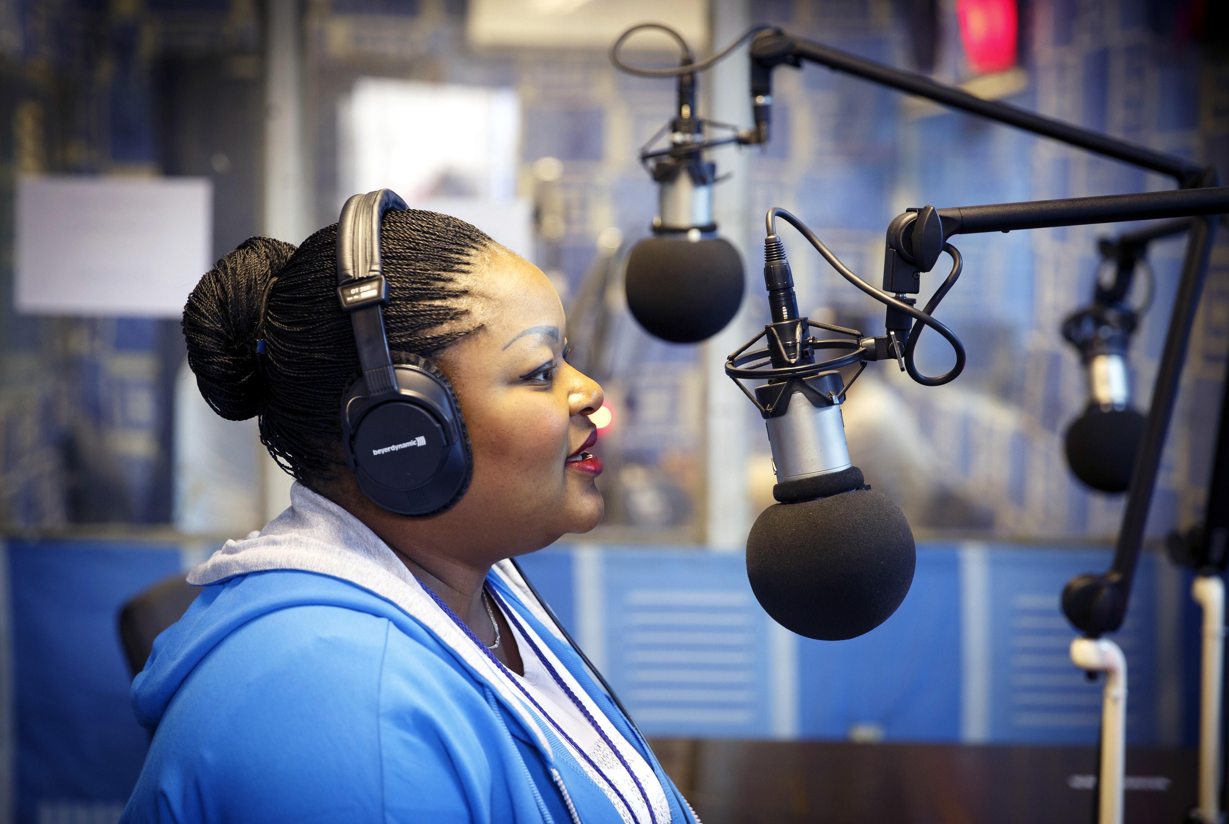 Moderatorin bei Radio Okapi, das von der UN betrieben wird