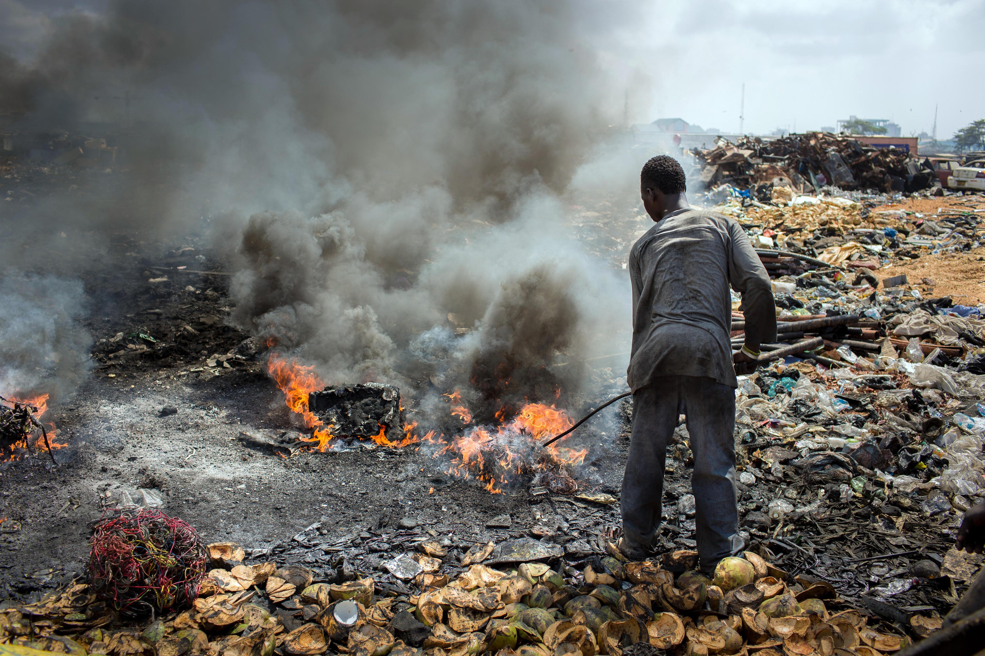 Auf einer Mülldeponie in Ghanas Hauptstadt Accra werden alte Elektrogeräte verbrannt, um verwertbares Metall zu gewinnen.