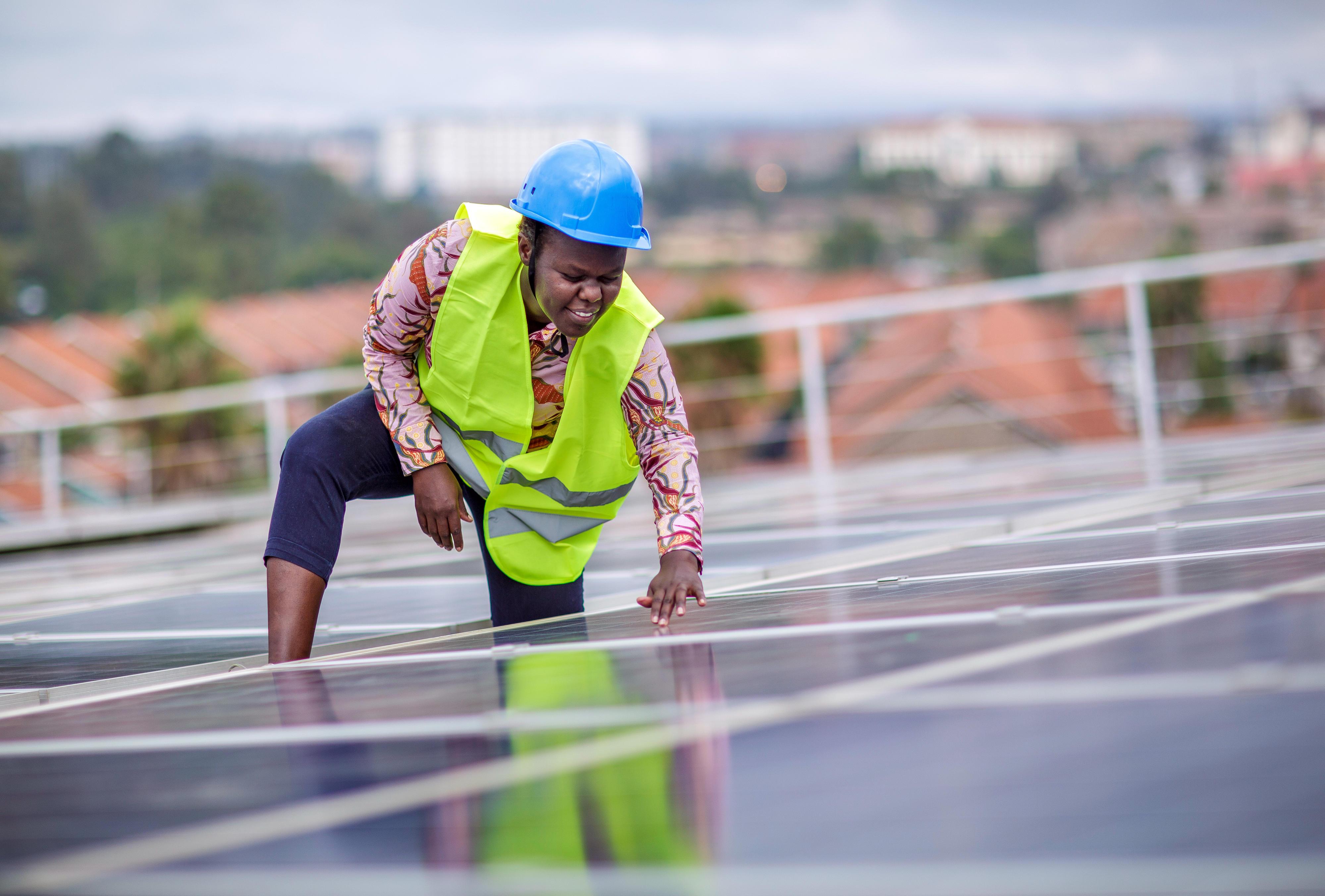 Eine Studentin prüft Solarmodule auf dem Dach einer Ausbildungseinrichtung für Solartechniker und Energieauditoren an der Strathmore University, Nairobi