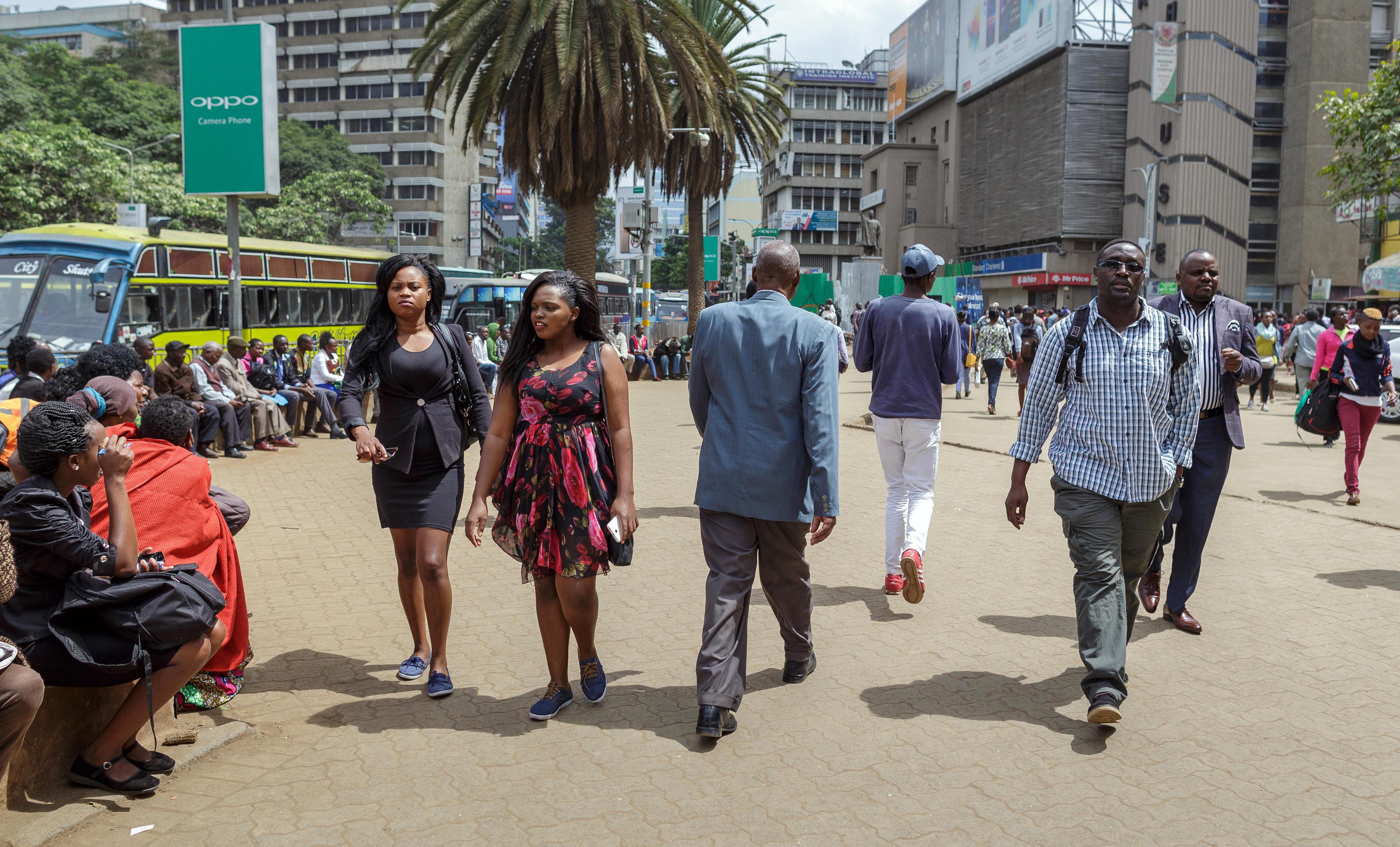 Passanten in Nairobi, Kenia