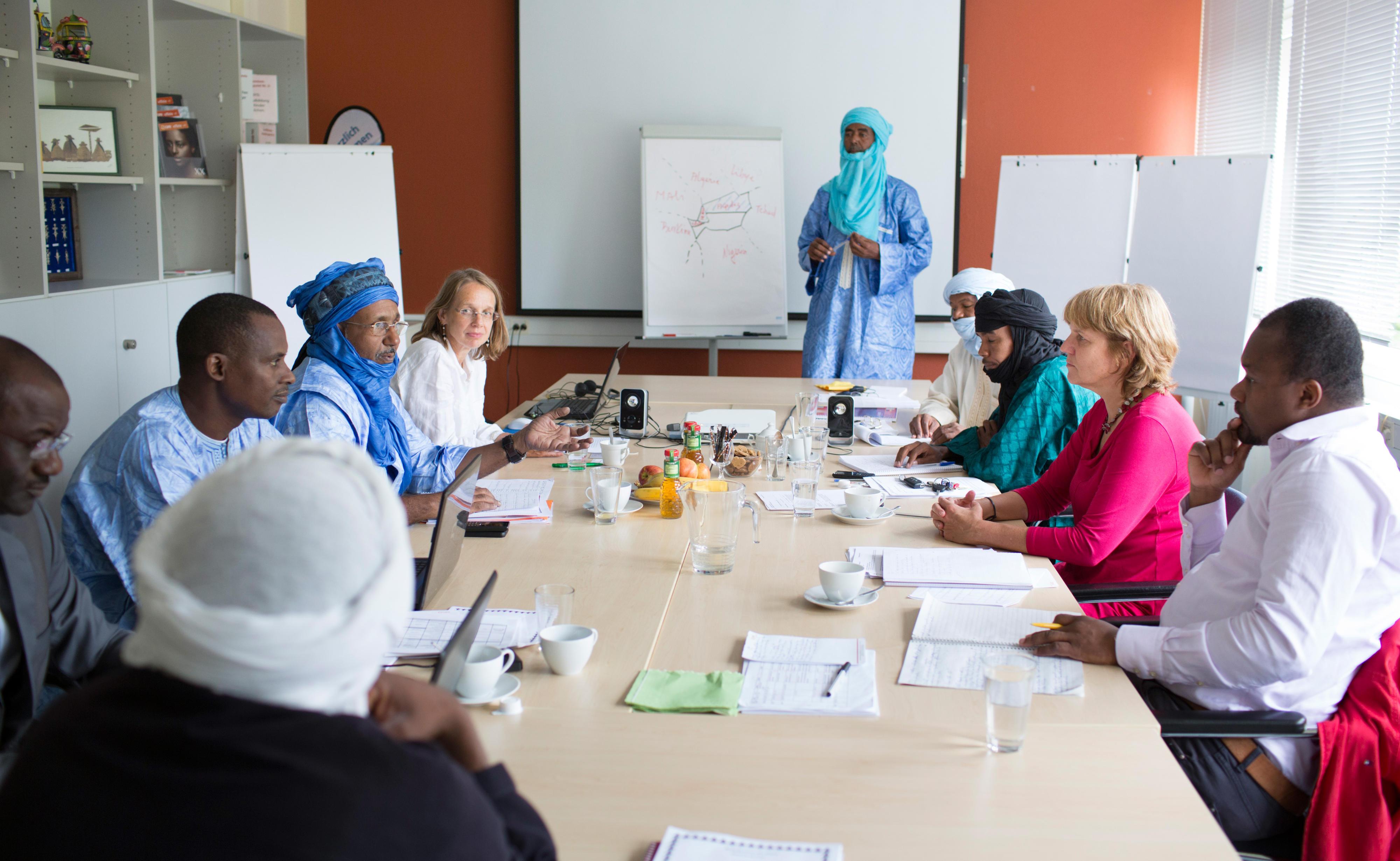 Mitarbeiter der Hilfsorganisation CARE International aus Mali und Niger erarbeiten einen Projektantrag zur Bekämpfung von Fluchtursachen in der Region Mali-Nord und Niger-Nord.
