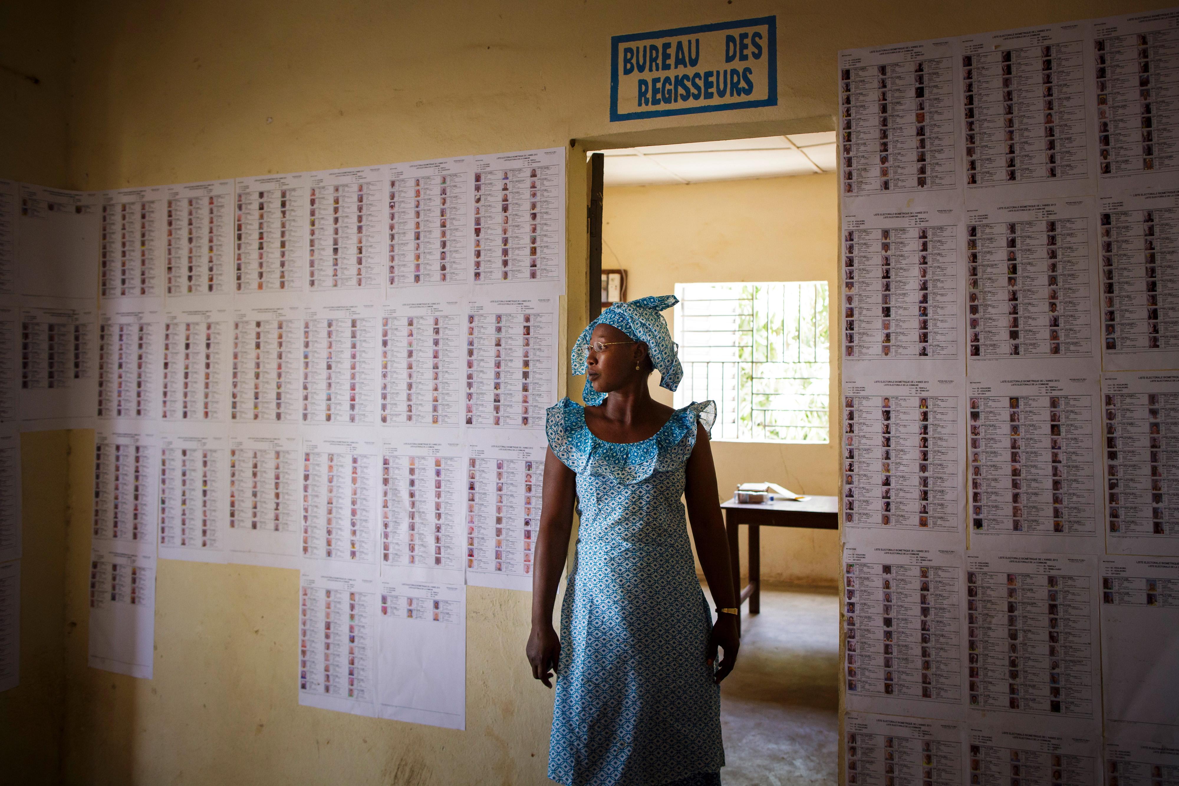 Wahlen in Mali: Eine Frau steht in der Gemeindeverwaltung von Tienfala vor Wahllisten.