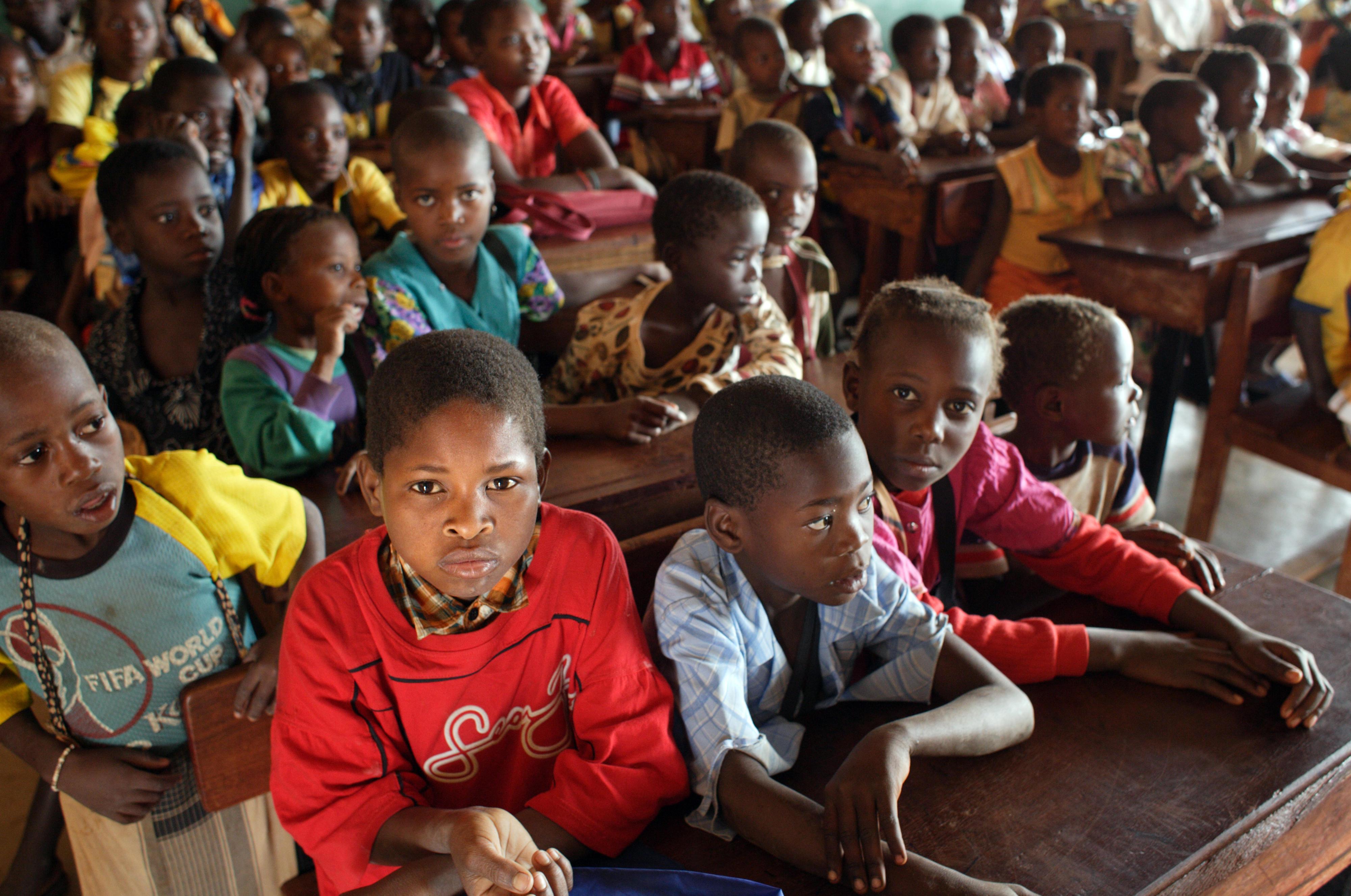 Kinder einer Schulklasse in Mosambik