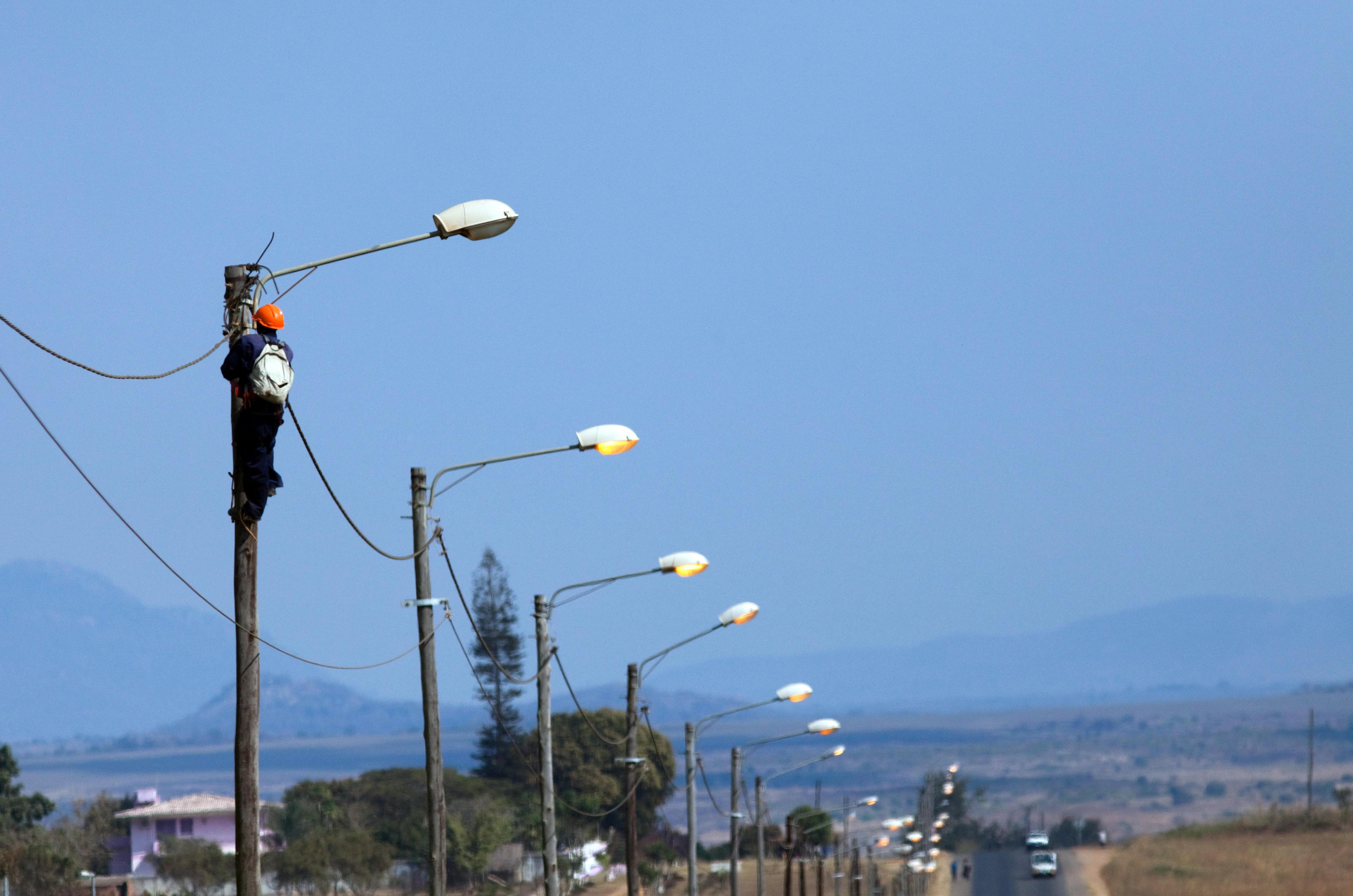 Ein Techniker repariert die Straßenbeleuchtung in Chimoio, Mosambik