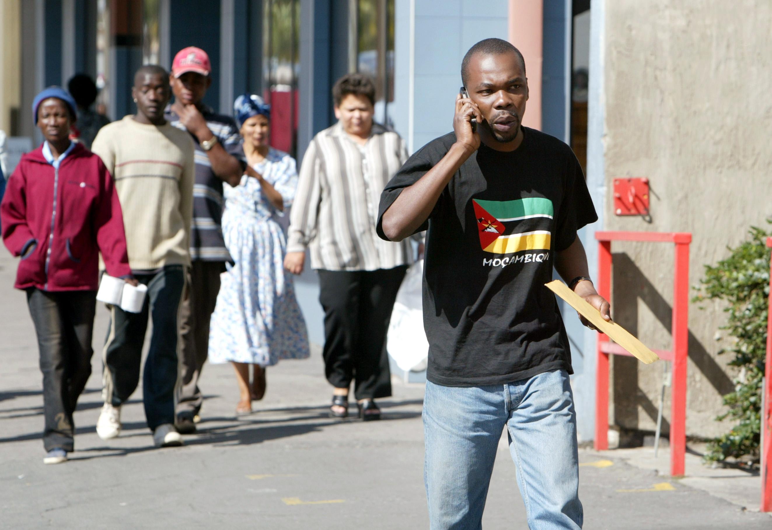 Fußgänger mit Mobiltelefon in Windhuk, Namibia