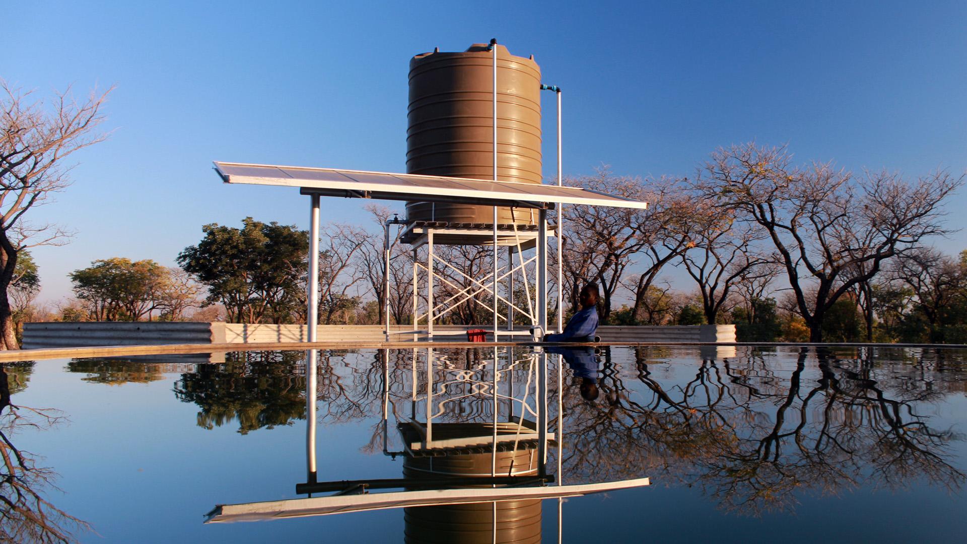 Ein Wasserspeicher mit Solarpumpe, der von dem Programm für kommunale Landentwicklung (PCLD) installiert wurde.