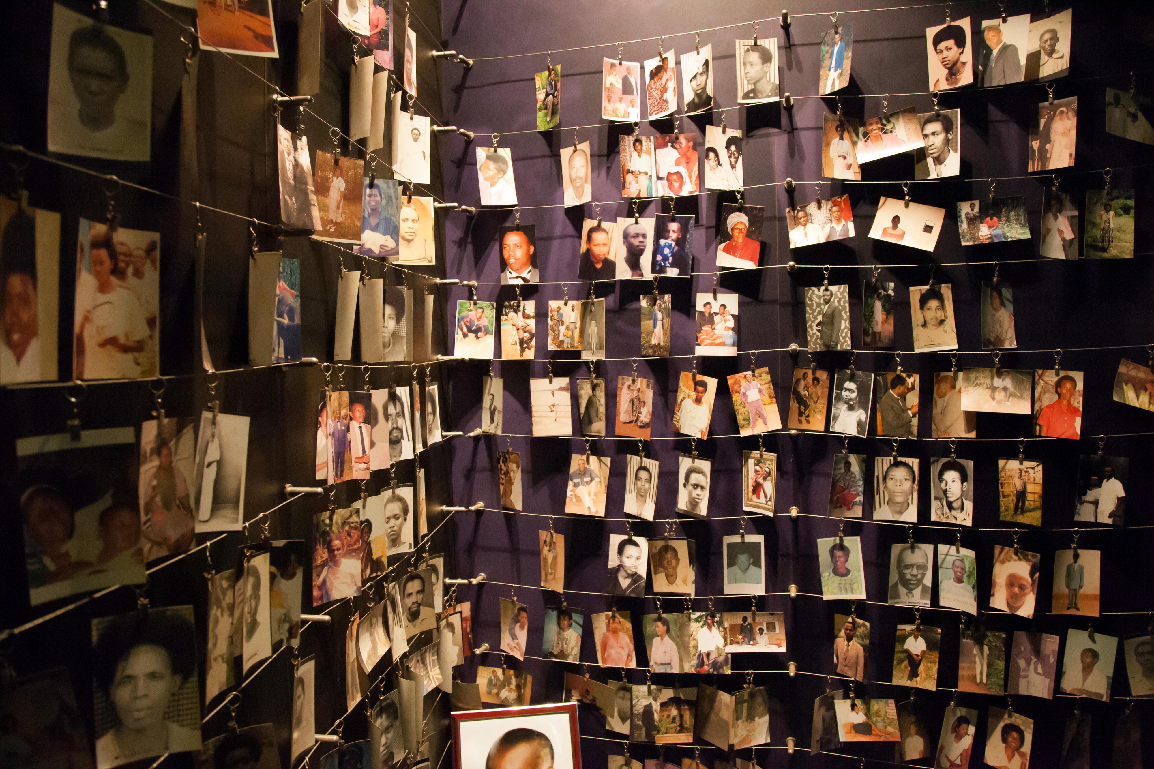 Fotografien von Opfern des Völkermords im Kigali Genocide Memorial Centre. Die Fotos wurden von überlebenden Familienmitgliedern zur Verfügung gestellt, die an ihre Angehörigen erinnern wollen.