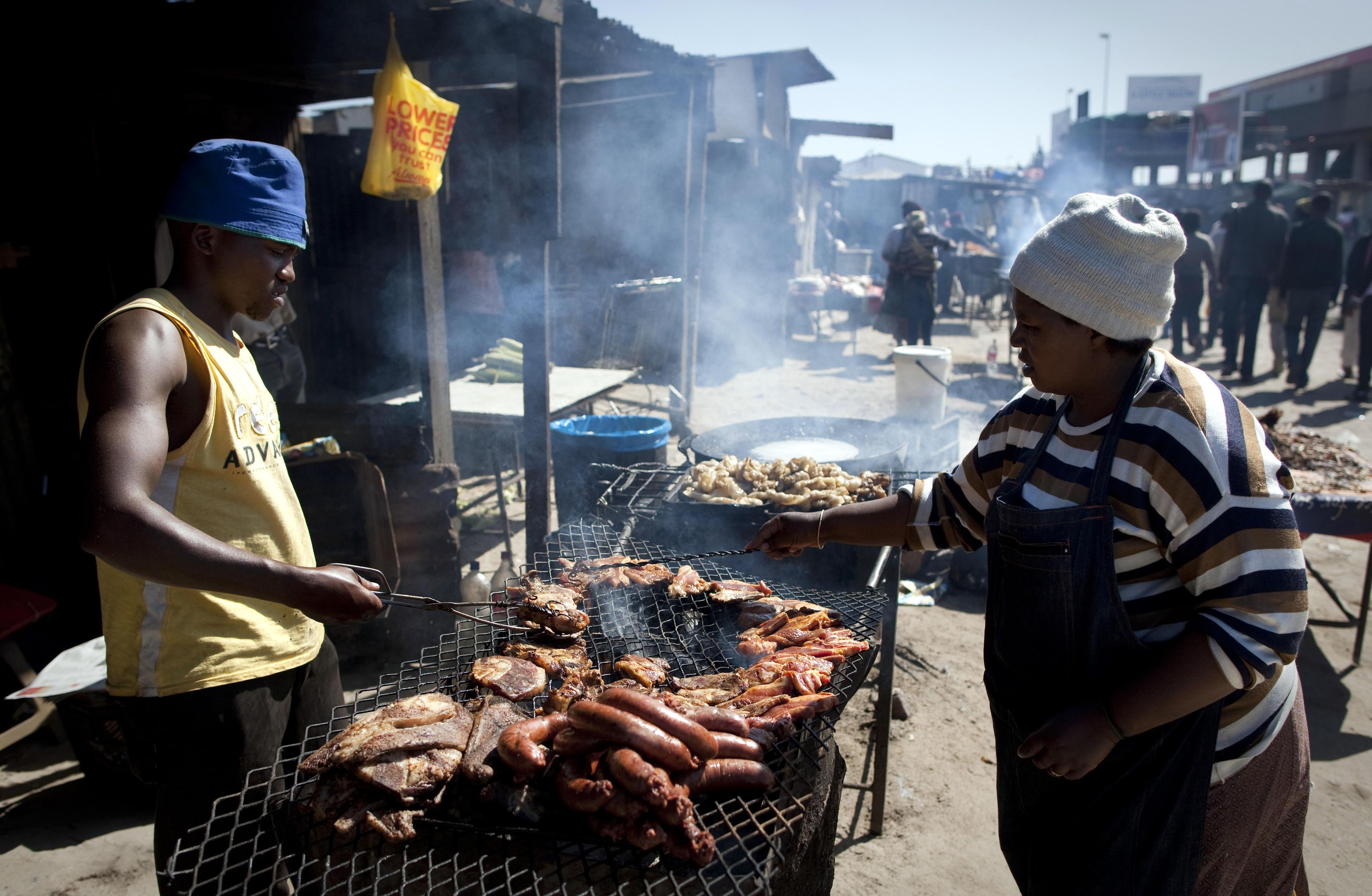 Menschen in einem Armenviertel am Stadtrand von Kapstadt