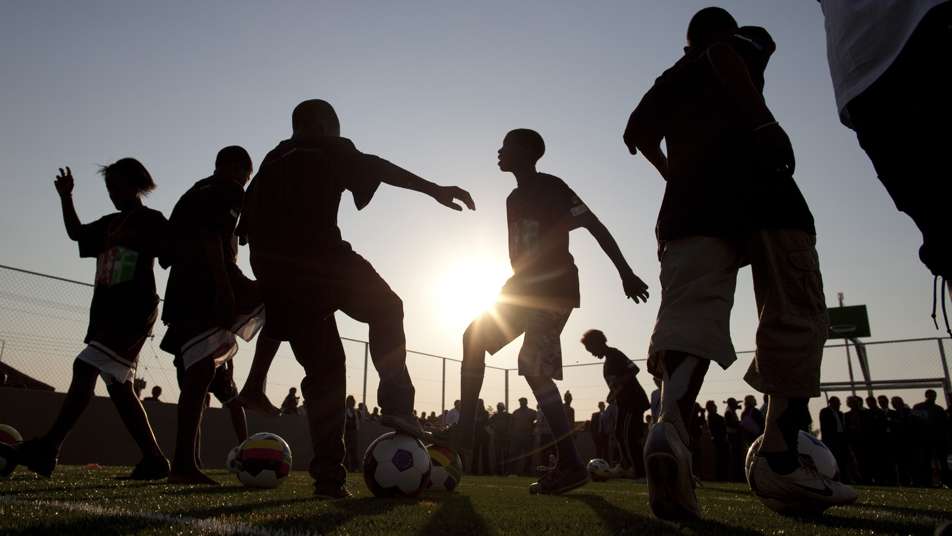 Kinder spielen Fußball auf einem Bolzplatz im Township Winterveld bei Pretoria.