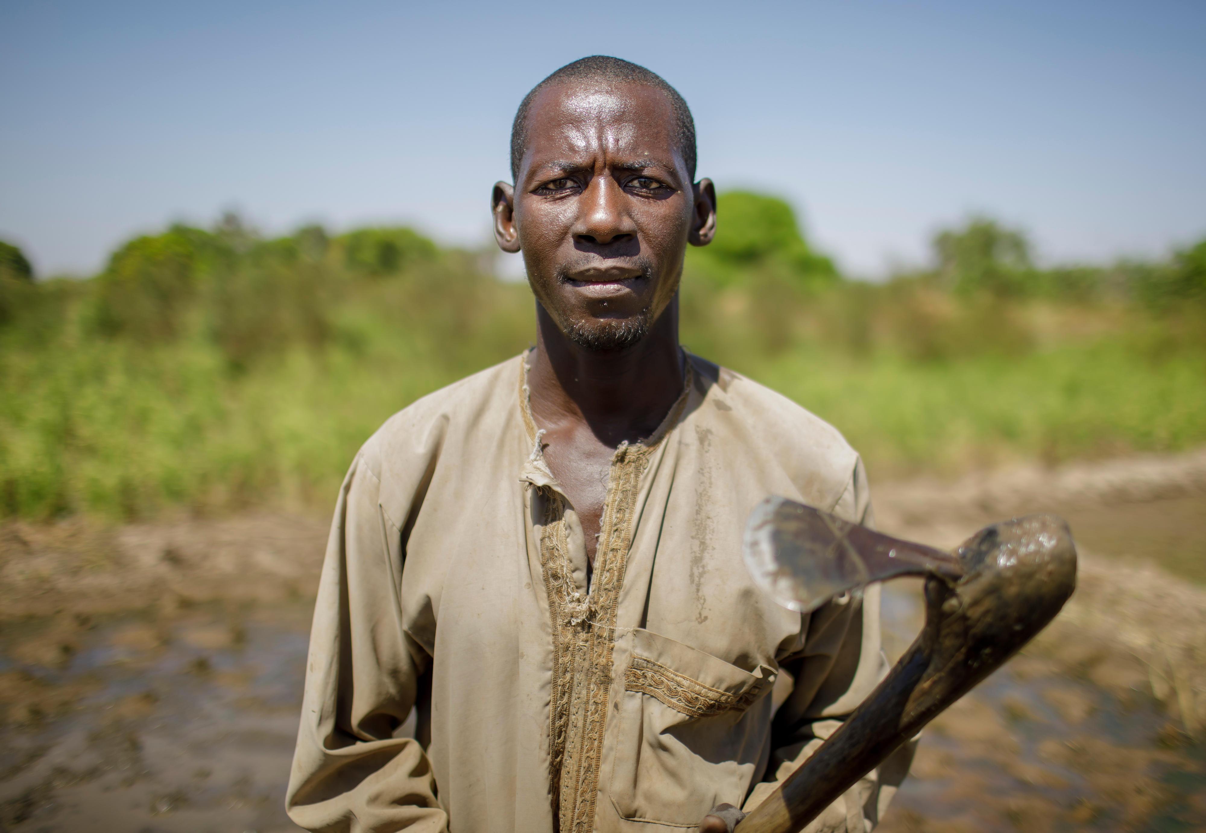 Ein nigerianischer Reisbauer auf seinem Feld
