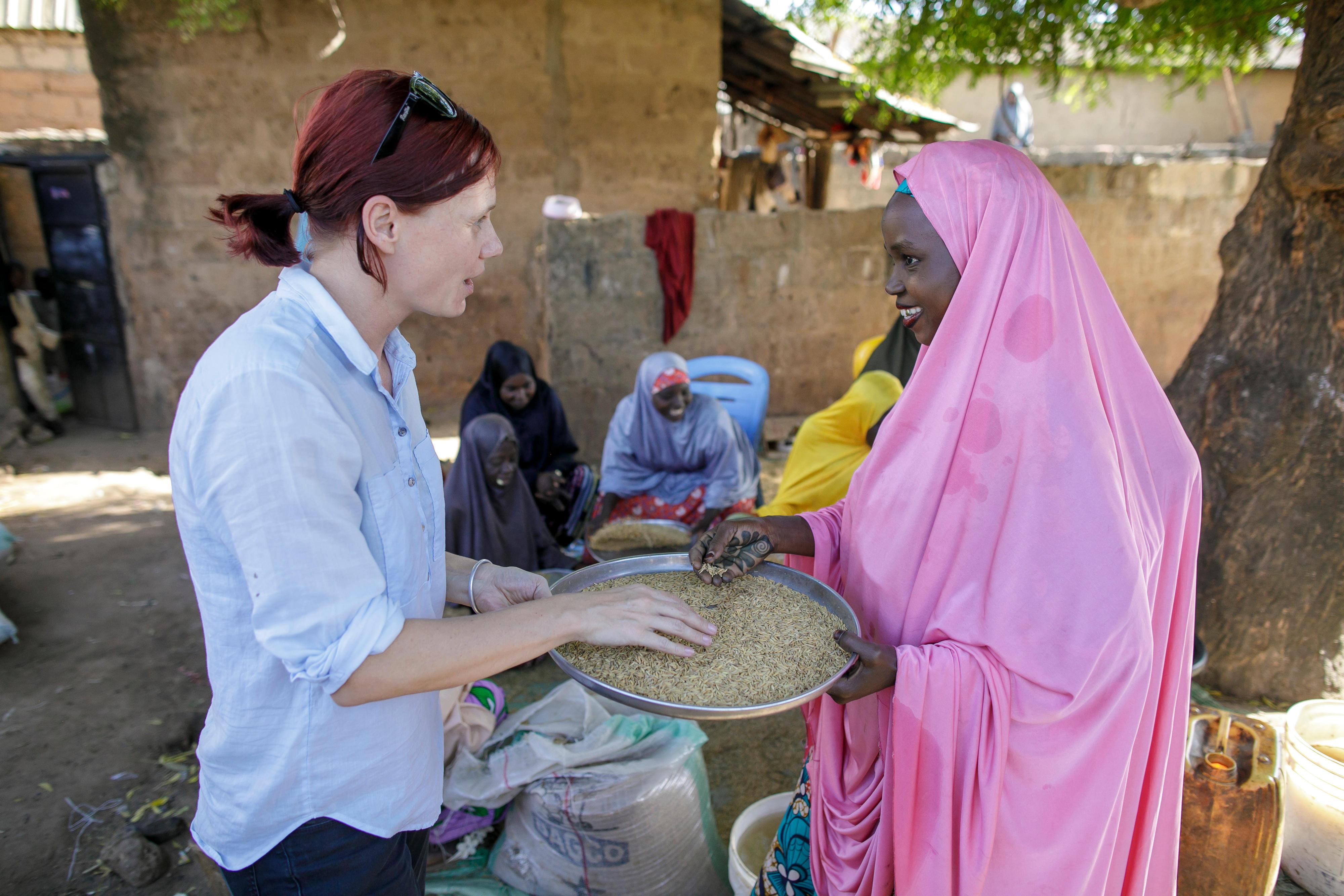 GIZ-Mitarbeiterin im Gespräch mit einer Teilnehmerin des CARI Training-Projekts zur Parboiled-Reis-Veredelung in Nigeria