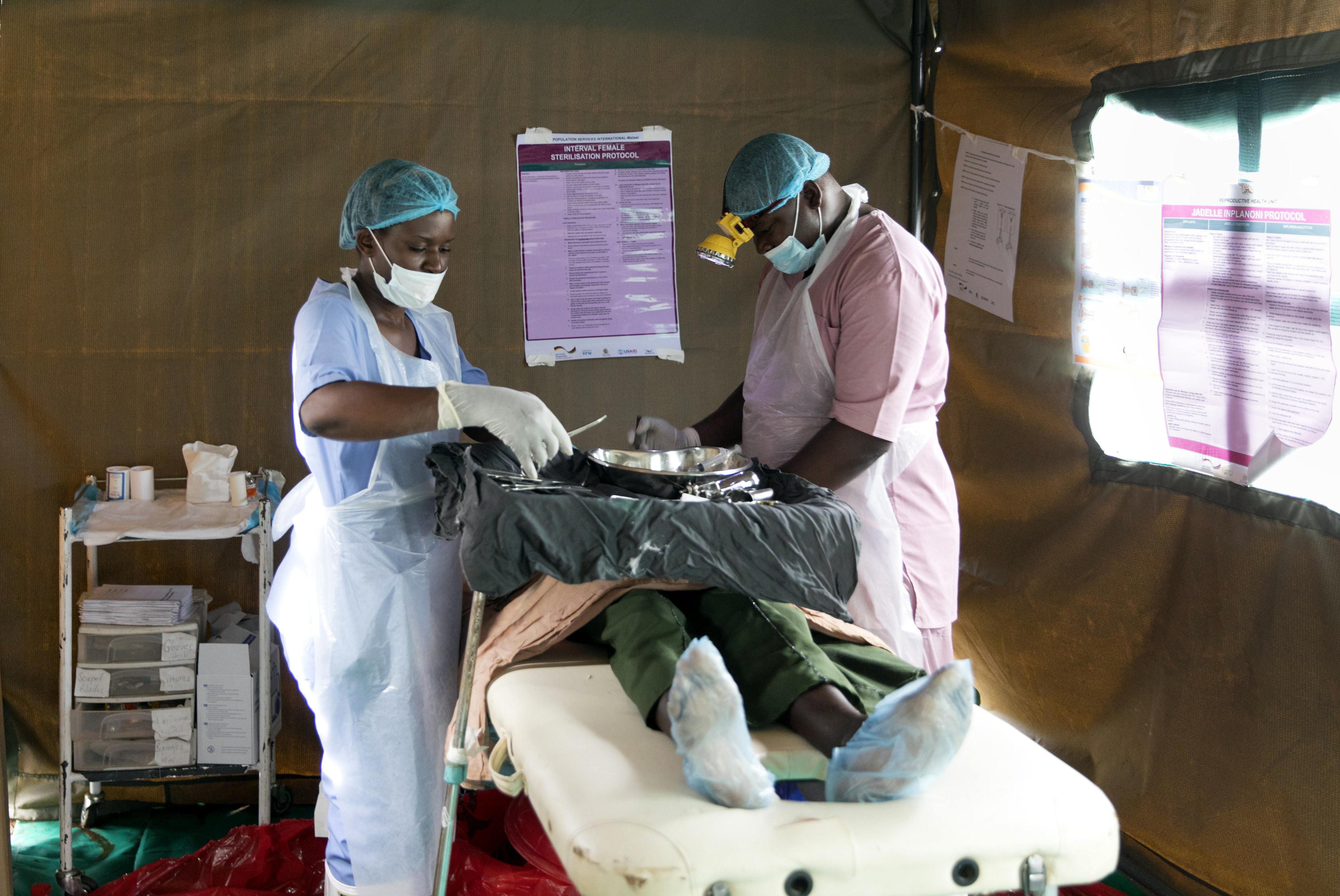Operation in einem Zeltkrankenhaus in Malawi