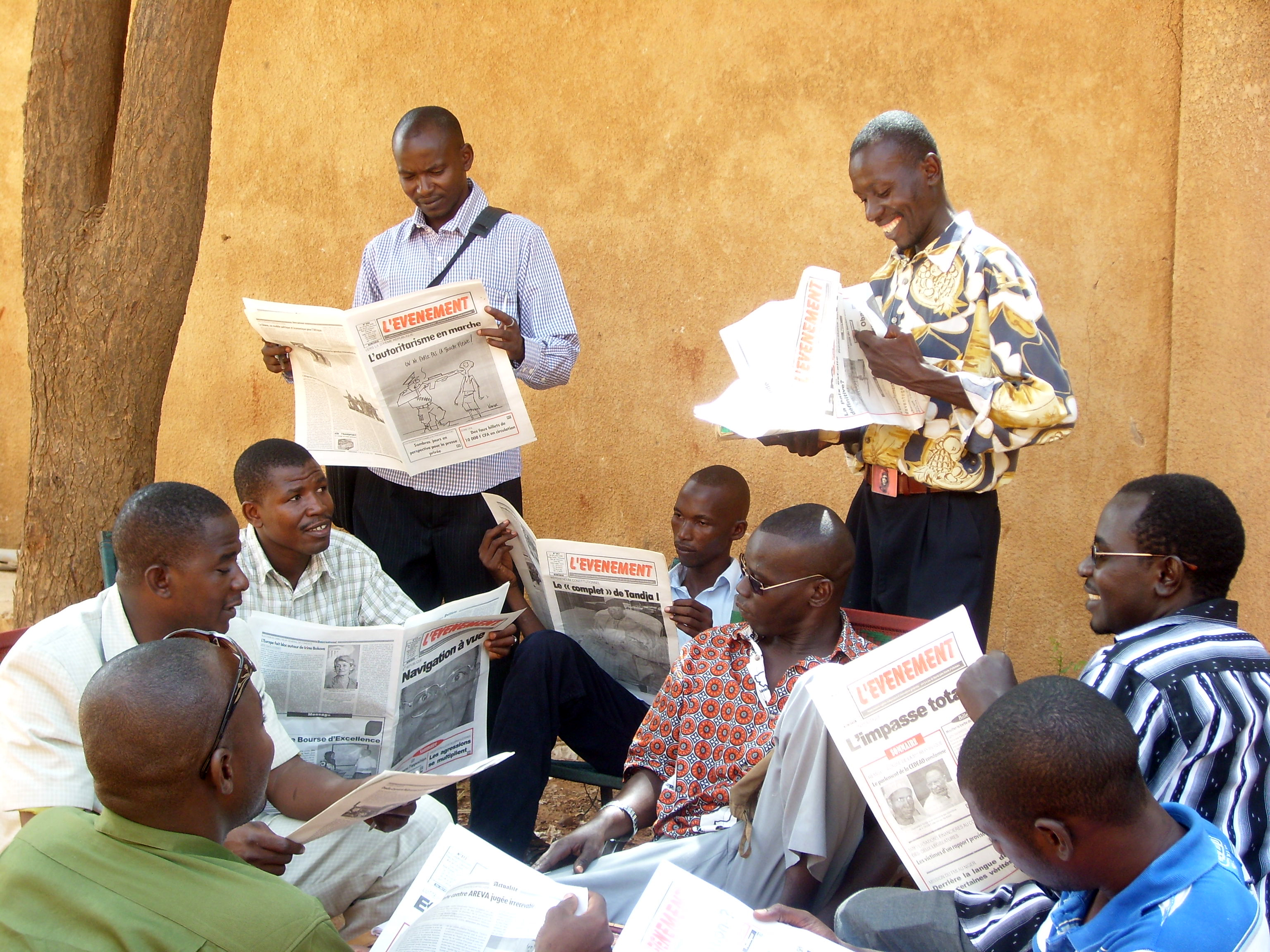 Men in Niamey, Niger, reading newspapers