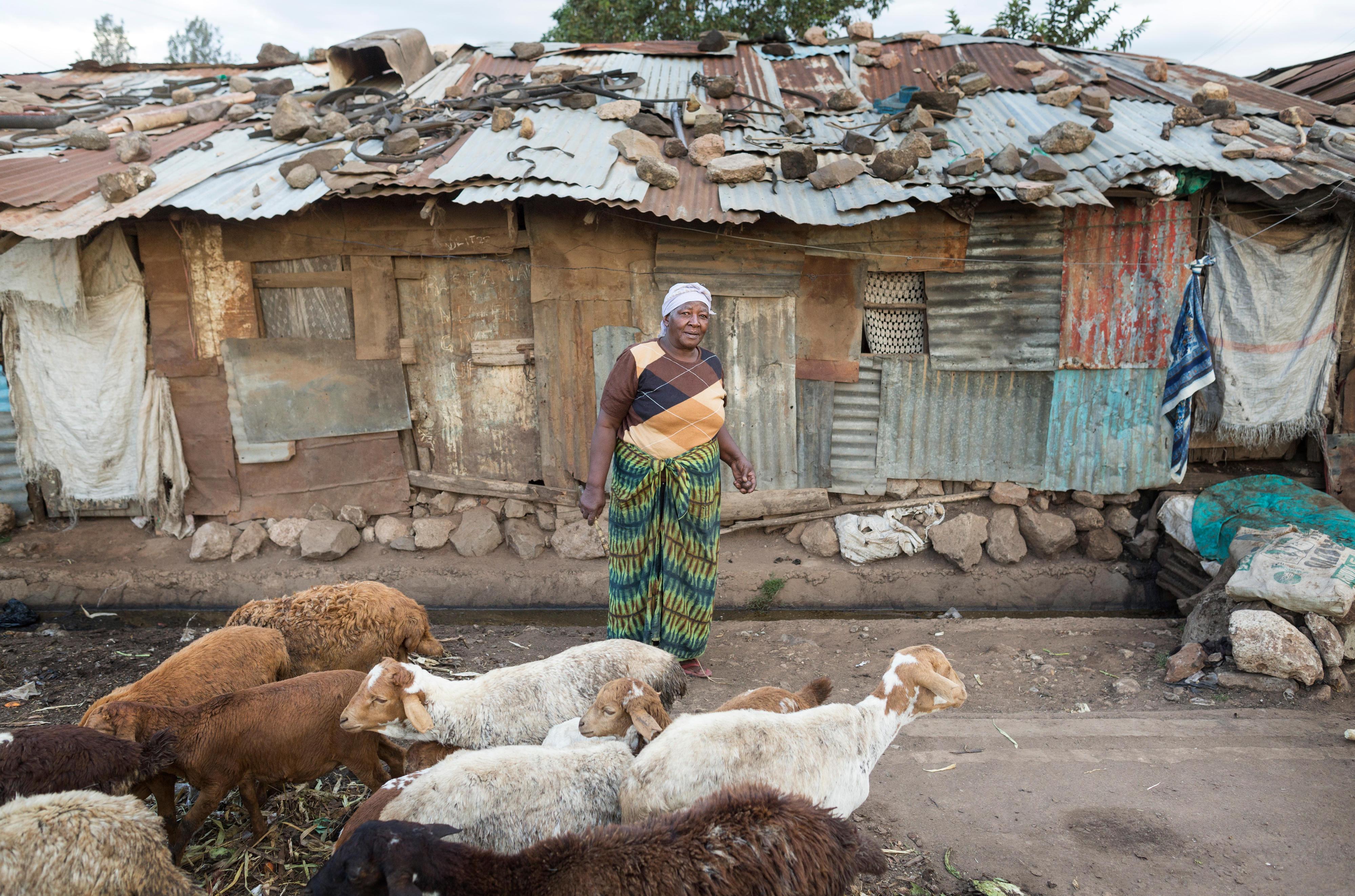 Eine Frau in einem Slum in Nairobi